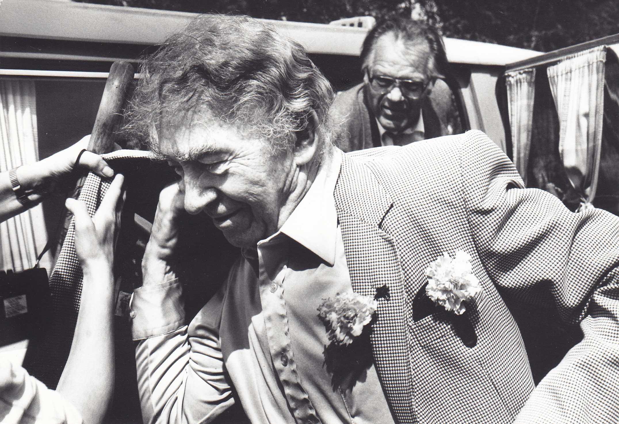 Ką tik atvykus į Stebeikėlius. Poetas Bernardas Brazdžionis ir aktorius Laimonas Noreika (fone)
