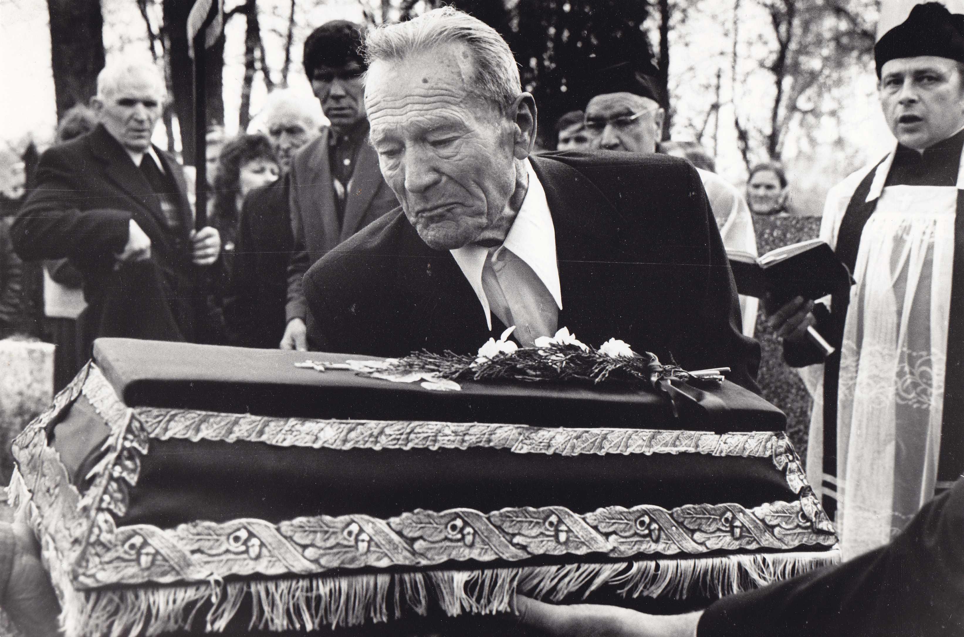 Raudonojo teroro aukų perlaidojimas Pumpėnuose 1989 metais. Dešinėje stovi kunigas Vincentas Stankevičius