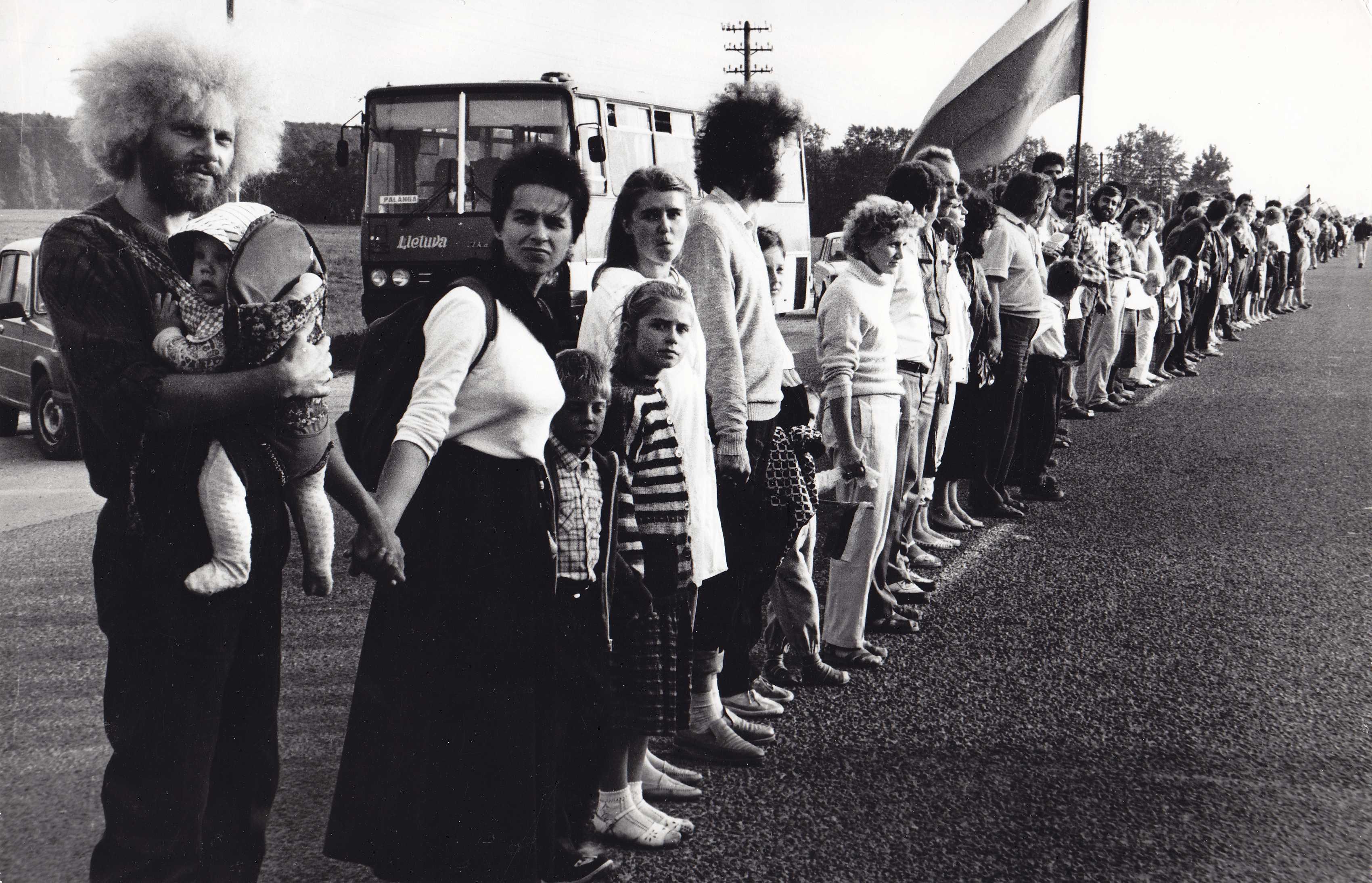 Baltijos kelias ties Ąžuolpamūše. Iš kairės: dailininkas Vaidotas Kvašys, jo žmona Rita Savickaitė-Kvašienė su vaikais