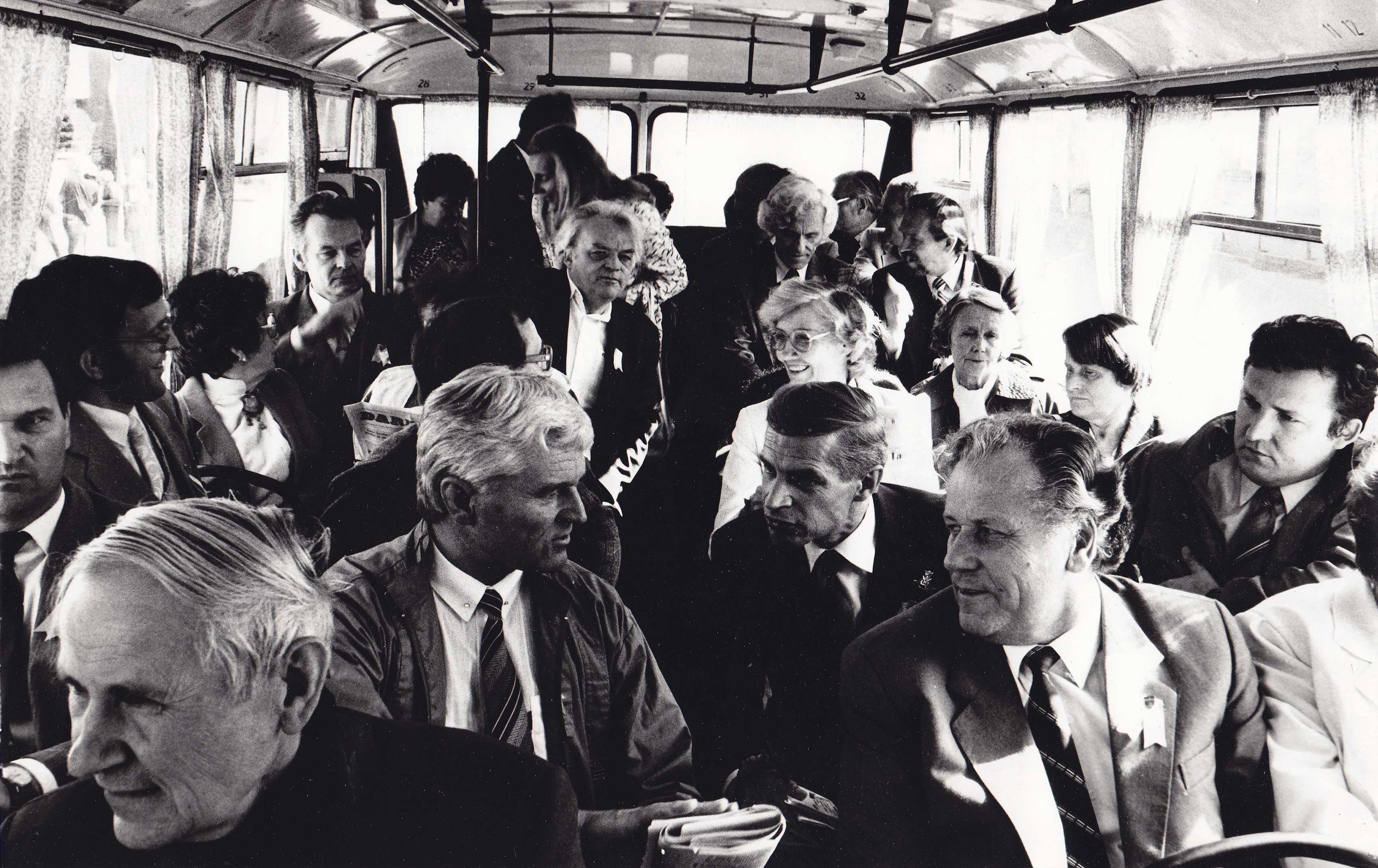 Pirmasis tėviškėnų sambūris 1989 metų rugsėjį. Vilniaus pasvaliečiai autobuse. Pirmoje eilėje iš kairės:  Juozas Tonkūnas, Petras Makrickas, antroje eilėje iš kairės: Vytautas Trinskis, Stepas Maciulevičius, Vygintas Stukelis, Rimas Makrickas, trečioje ei