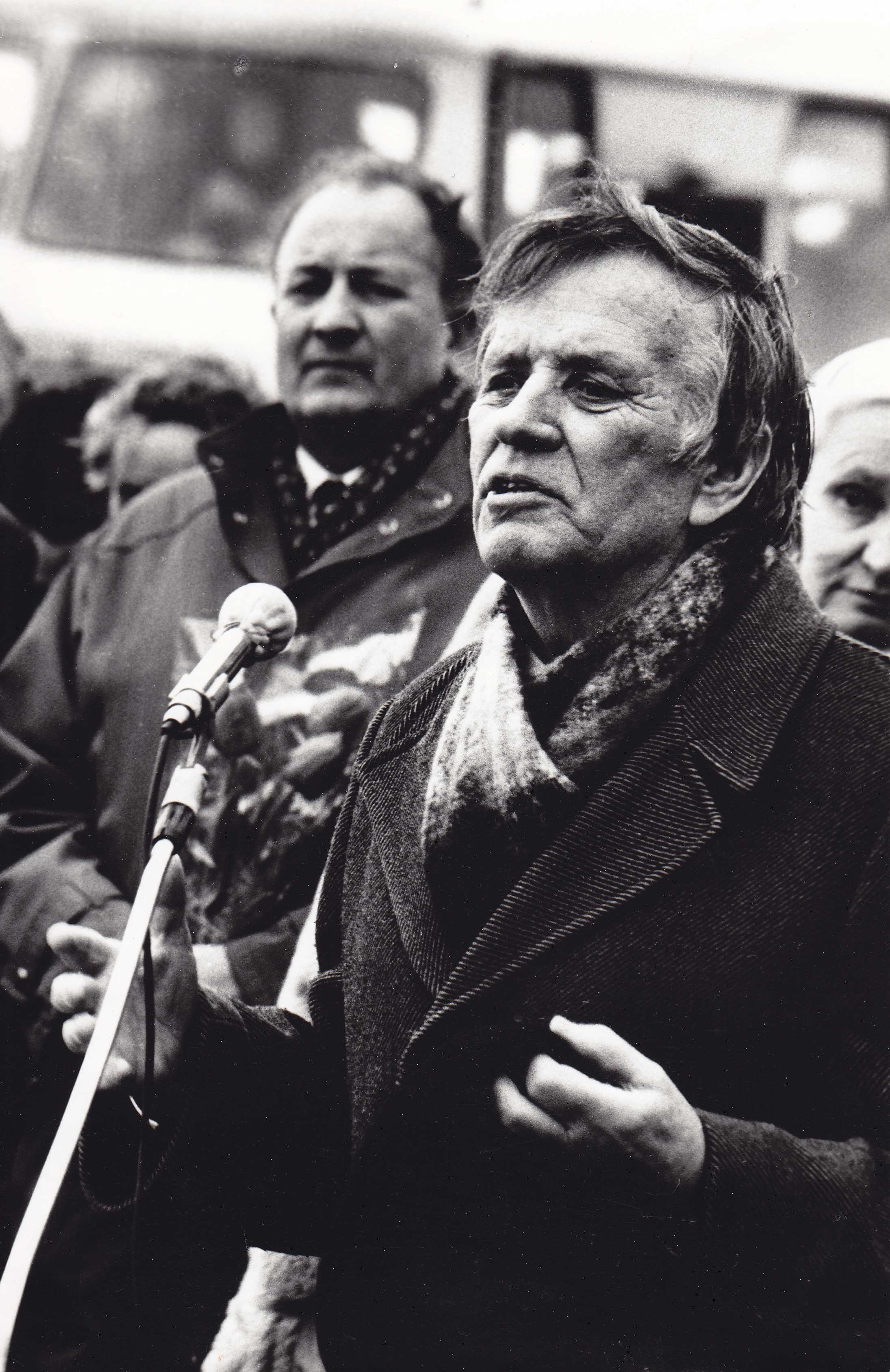 1990 metų vasario 16 dienos mitinge Žadeikiuose kalba mokytojas tremtinys Aleksandras Kuprys. Antrame plane  kraštietis, rezistentas Jonas Čeponis