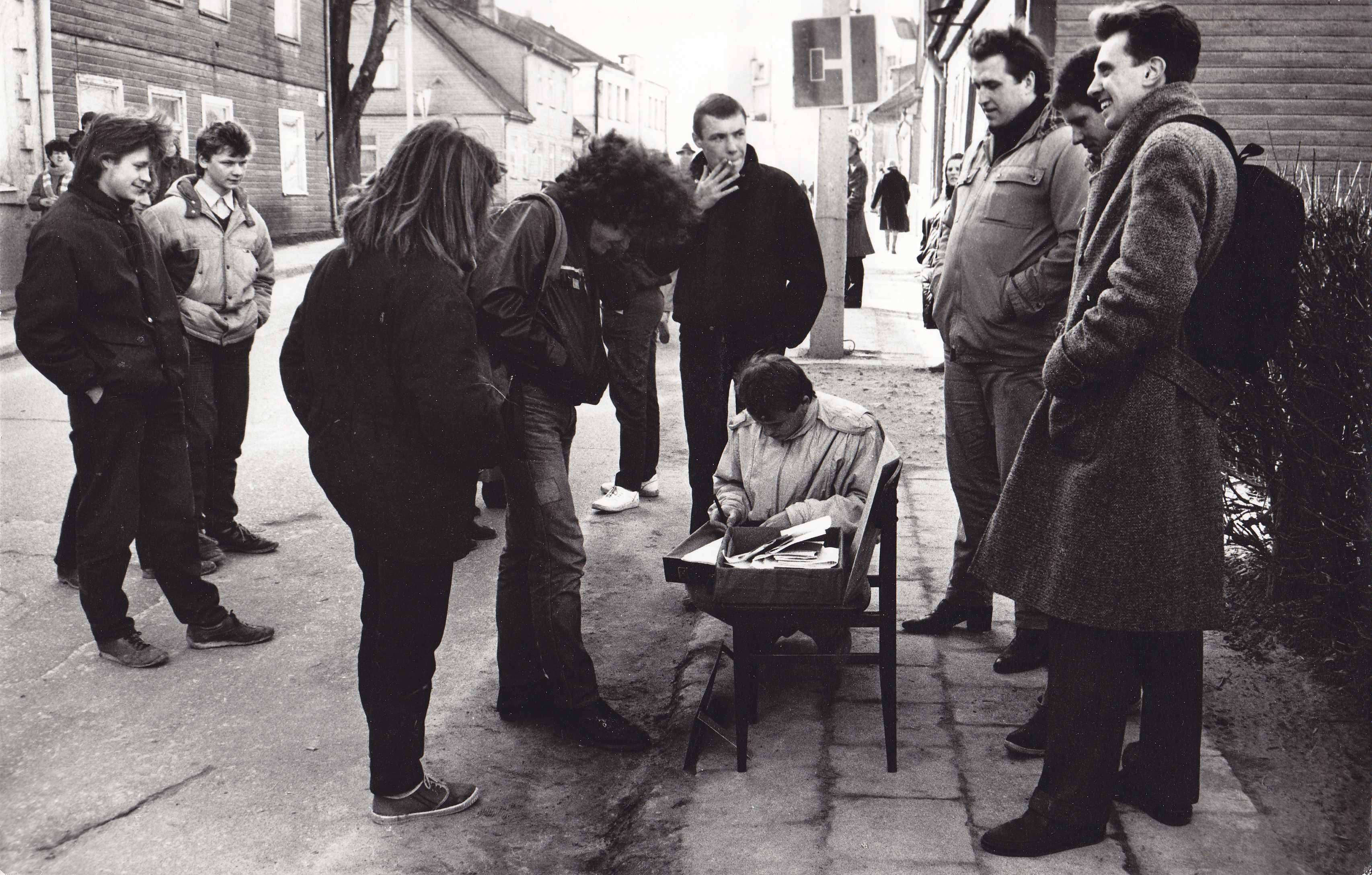 Tarybinės armijos karinių bilietų grąžinimas prie Pasvalio karinio komisariato. Pirmas iš dešinės Žilvinas Ramašauskas, trečias – Kęstutis Krasauskas