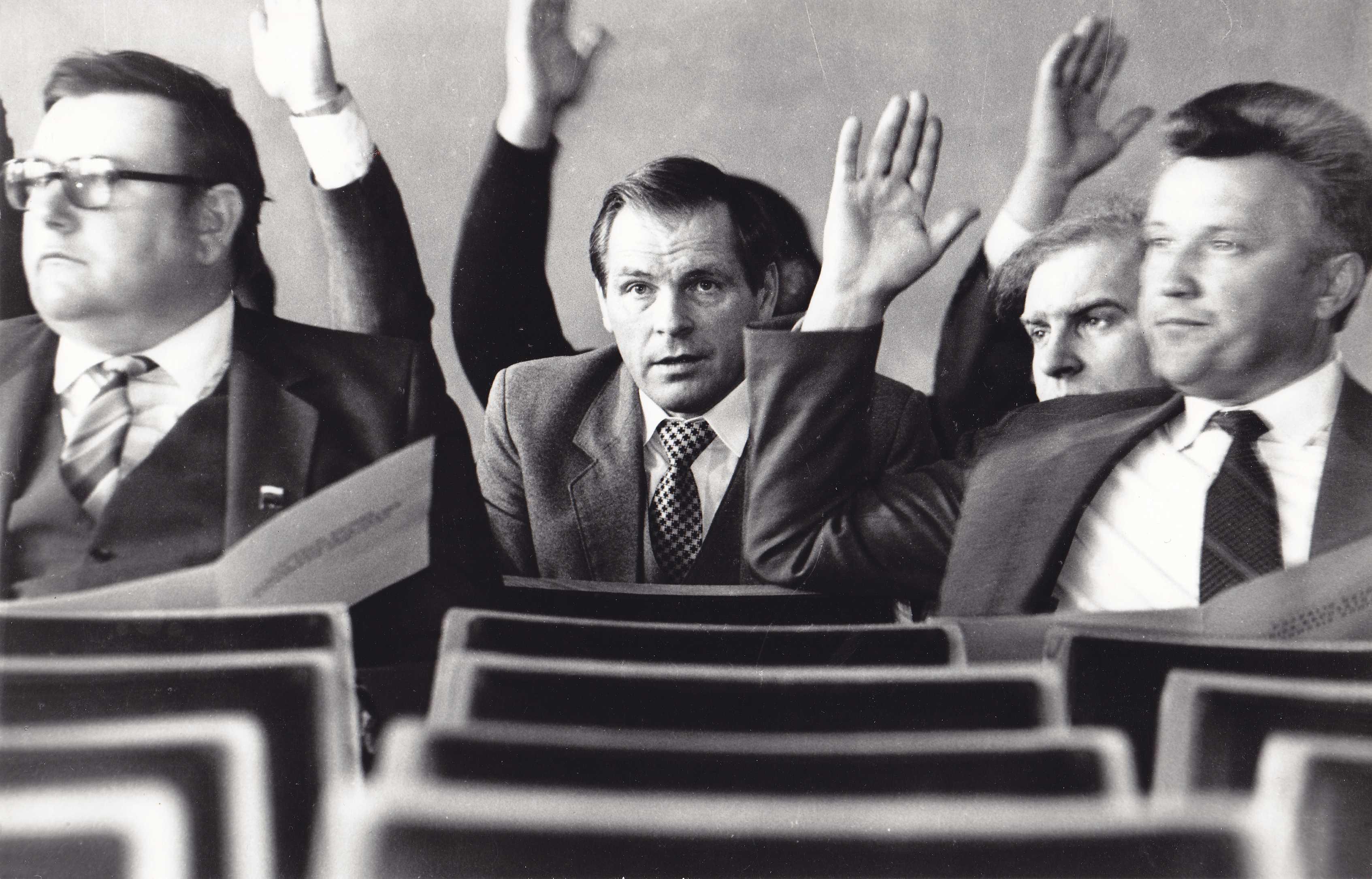 Pirmoji Pasvalio rajono savivaldybės deputatų sesija. Pirmoje eilėje iš dešinės pirmas Povilas Paliulis, antroje eilėje Viktoras Rimša, trečioje eilėje Jonas Budrevičius