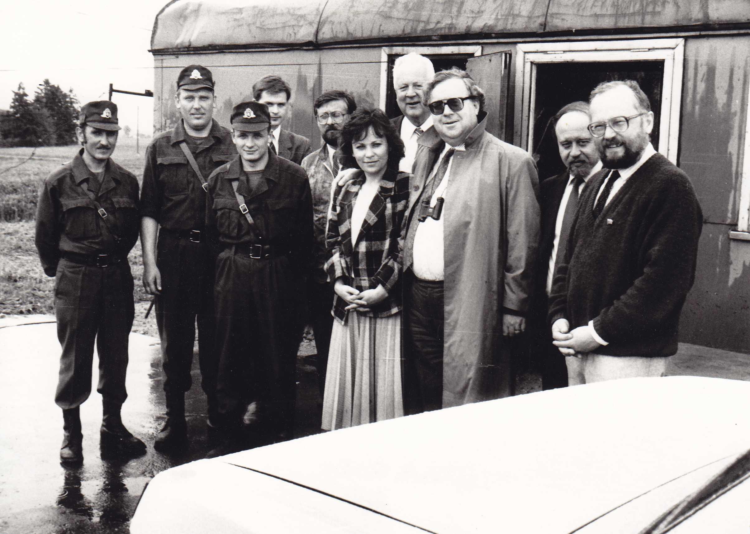 Saločių pasienio poste: Lietuvos Aukščiausiosios Tarybos deputatai, parlamentarai iš Vakarų valstybių, Pasvalio pasieniečiai
