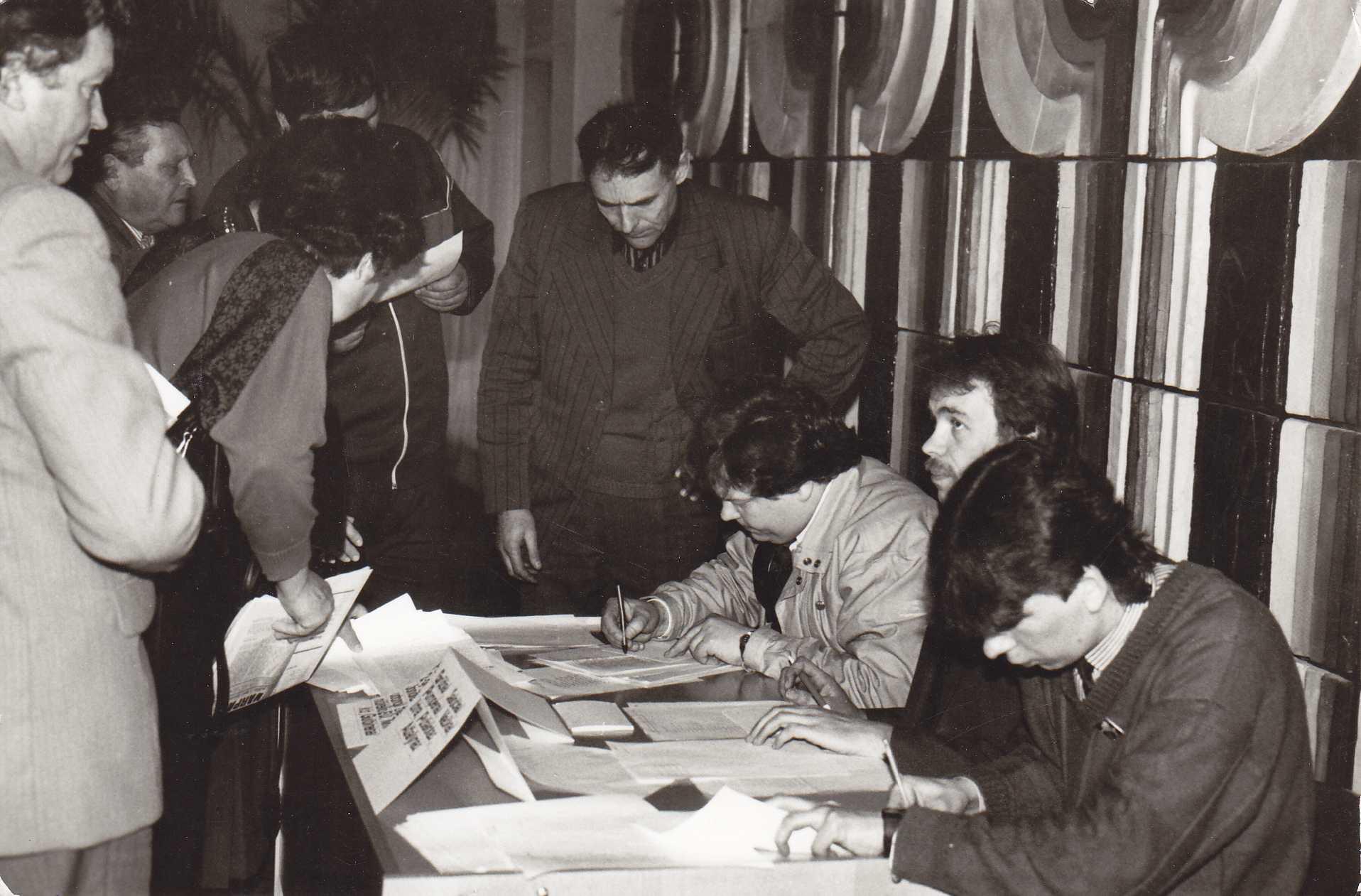 Pasvalio rajono Sąjūdžio tarybos rinkimai. Pirmas iš dešinės sėdi Gintaras Šležas, antras – Vaidotas Bačkis, trečias – Gintaras Kutkauskas
