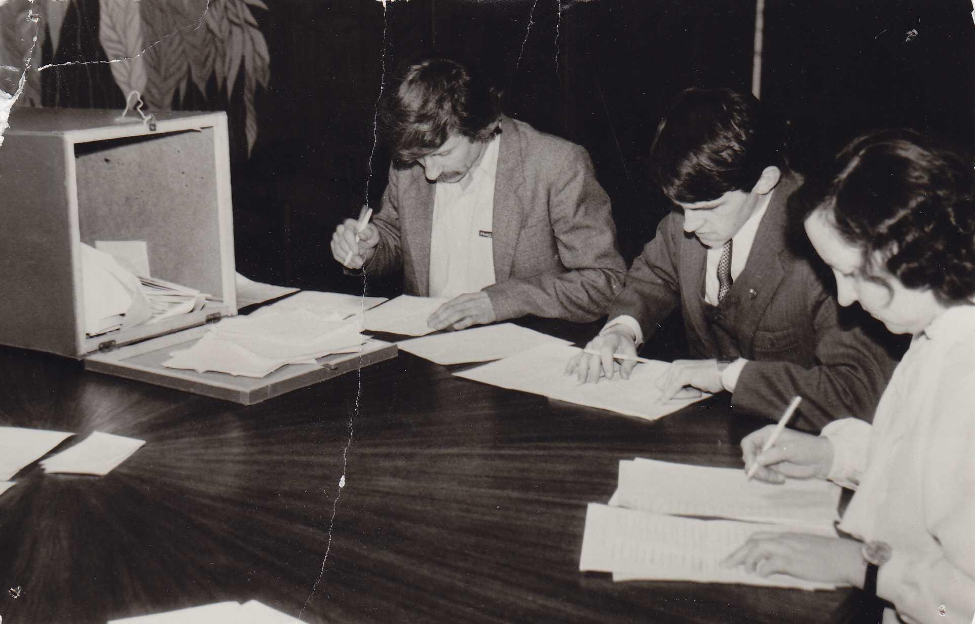 Biuletenių skaičiavimas. Iš kairės: Pranas Janulevičius, Gintautas Gudas, Ona Gasiūnienė