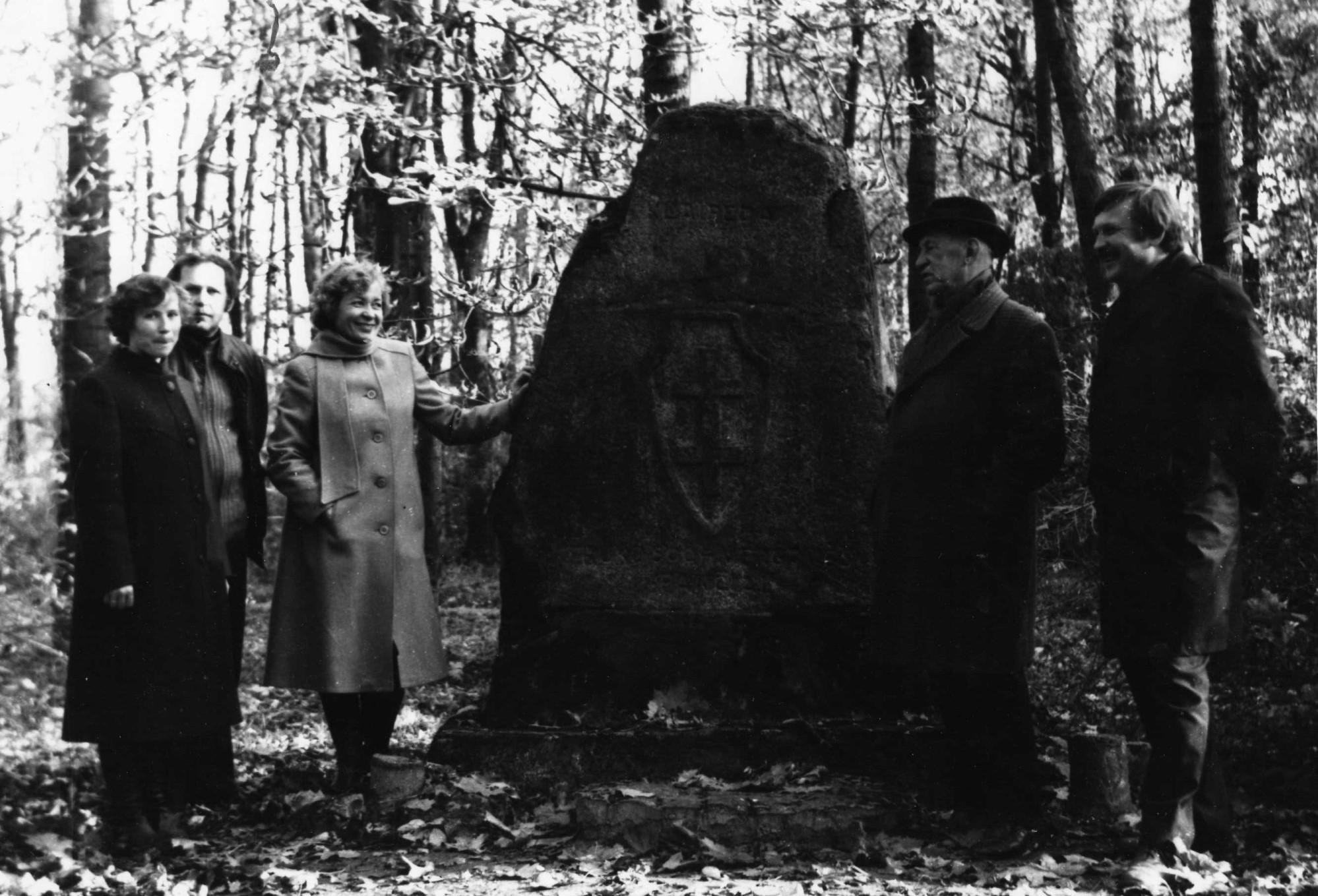 Prie paminklinio akmens Akademijos miestelyje. Profesorius, agronomas Petras Vasinauskas stovi antras iš dešinės. 1978 m.