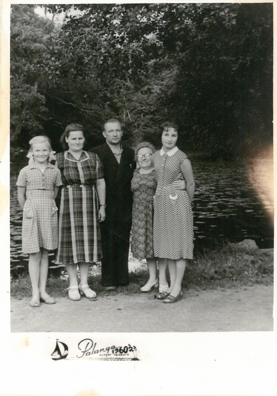 Profesoriaus, agronomo Petro Vasinausko brolis Ignas Vasinauskas su artimaisiais. 1960 m.