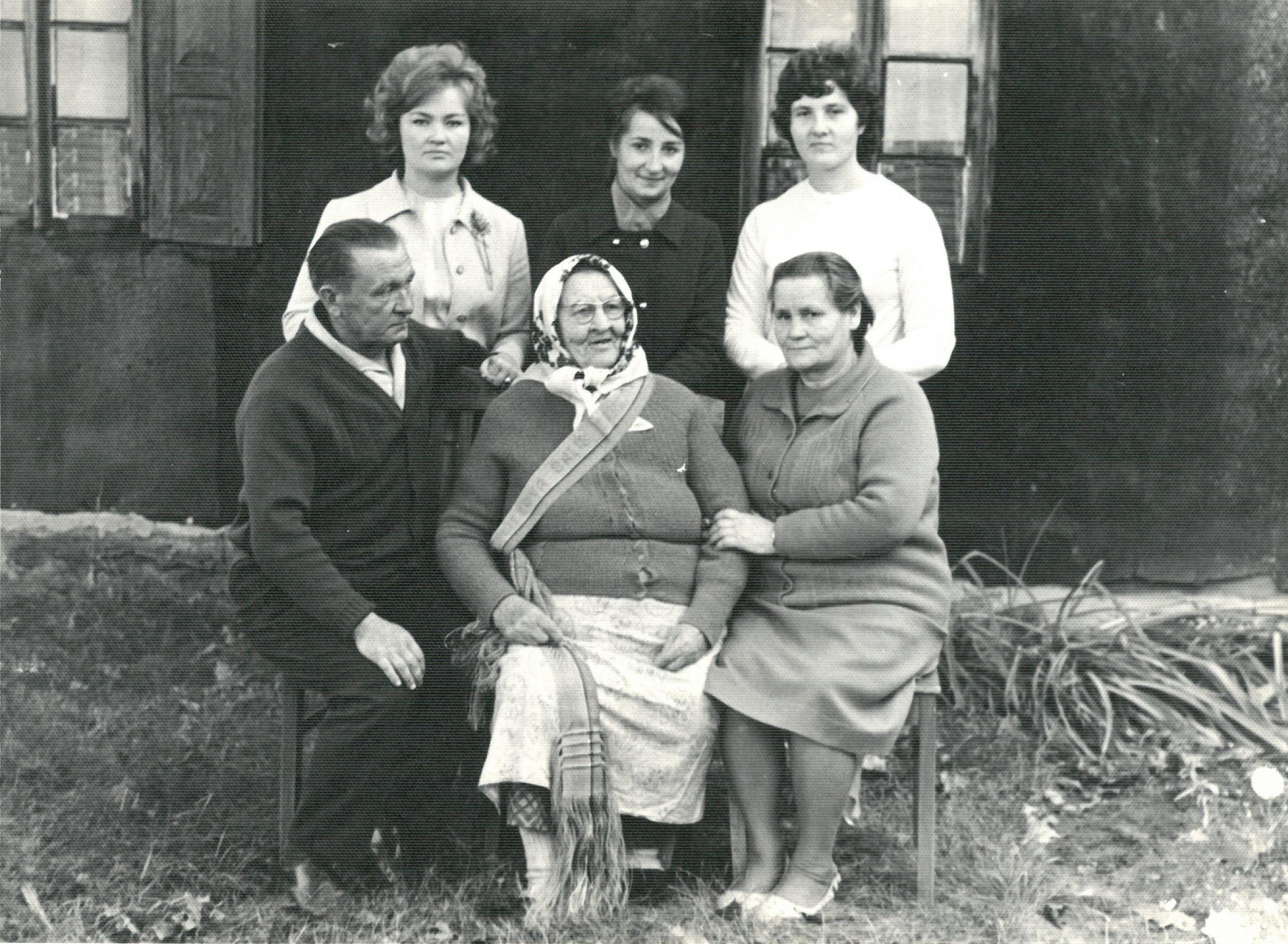 Profesoriaus, agronomo Petro Vasinausko motinos Agotos Vasinauskienės (Čeponytės) 90-mečio jubiliejus. Bendrai fotografijai pozuoja profesoriaus motina ir brolis Ignas Vasinauskas su šeima. 1972 m.