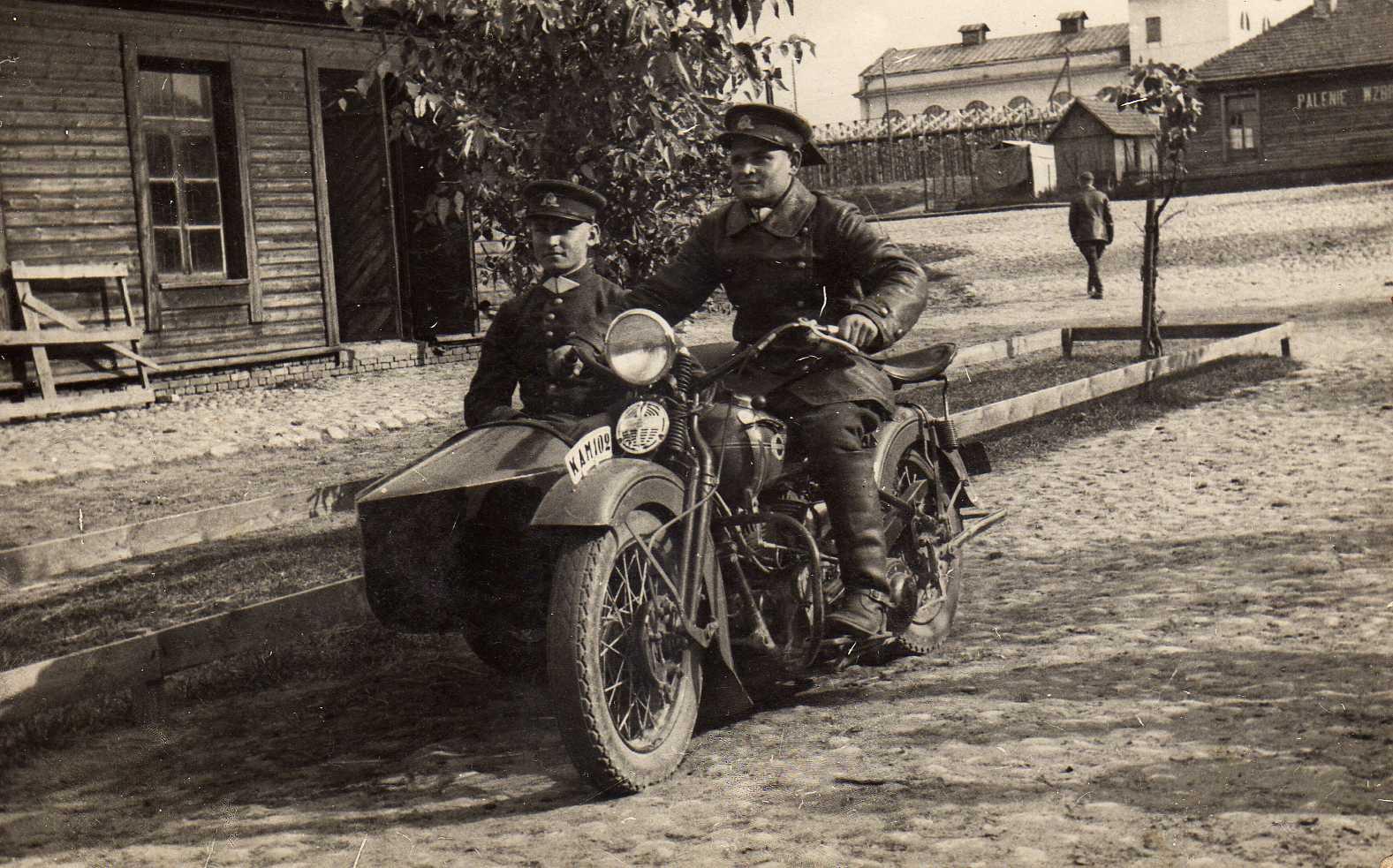 Profesoriaus, agronomo Petro Vasinausko brolis Kazimieras Vasinauskas vairuoja motociklą. Apie 1942 m.