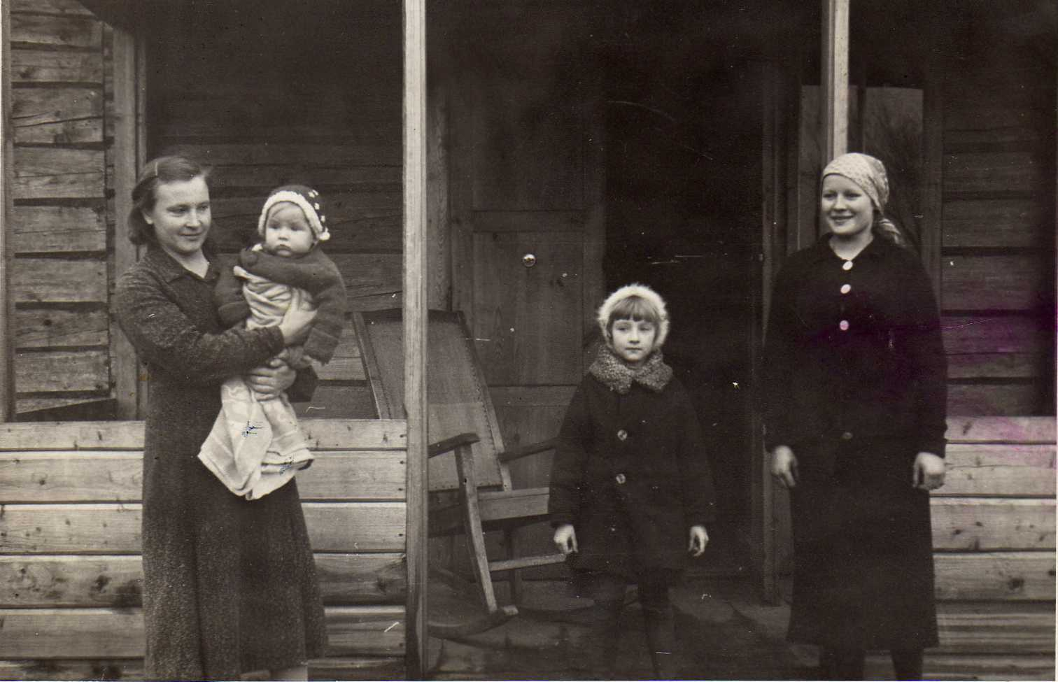 Profesoriaus, agronomo Petro Vasinausko žmona Ona Vasinauskienė (Malakauskaitė) (pirma iš kairės) su dukterimis Danute ir Ona Laimute. 1939 m.