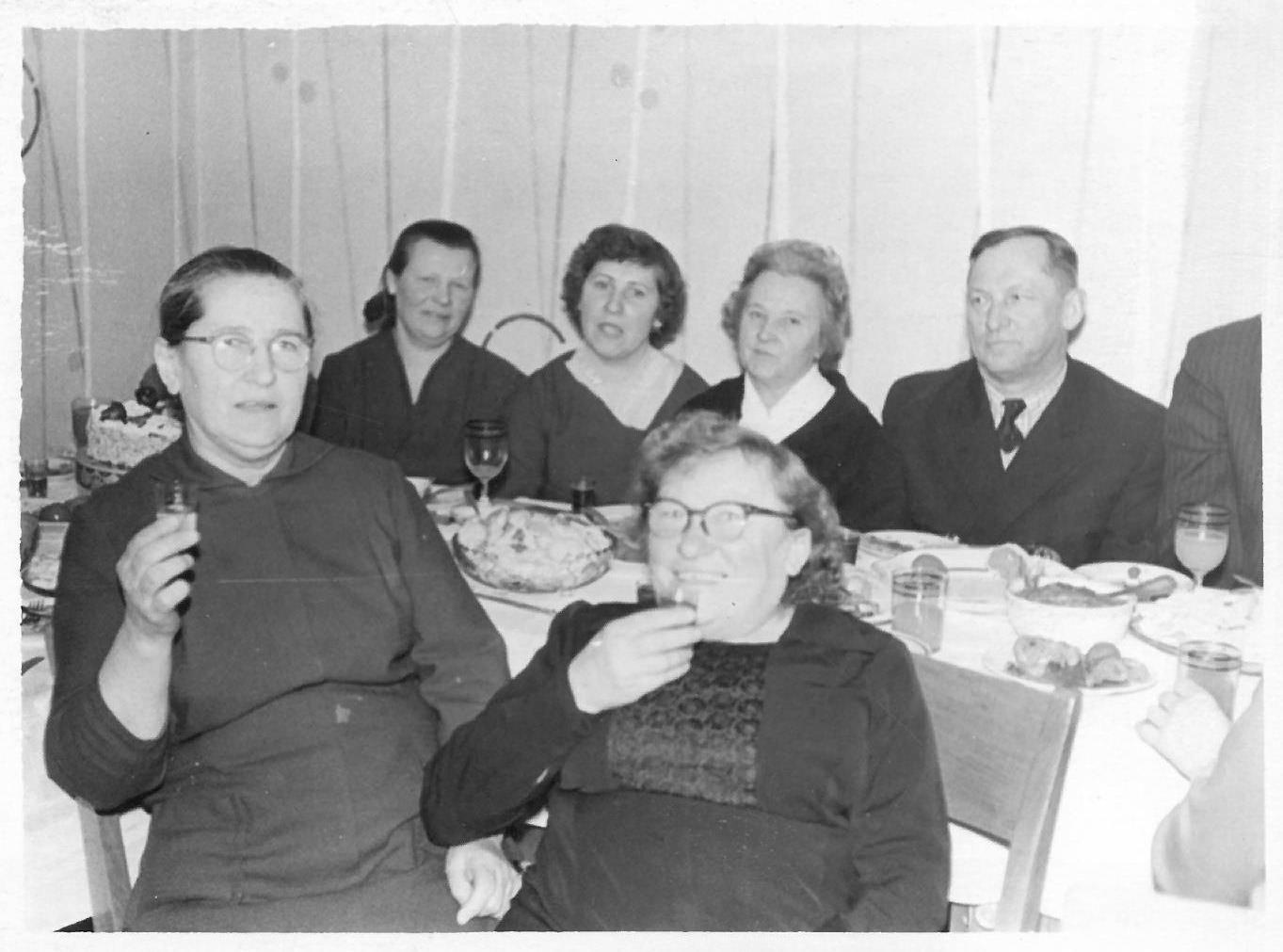Profesorius, agronomas Petras Vasinauskas seserų ir pusseserių apsuptyje