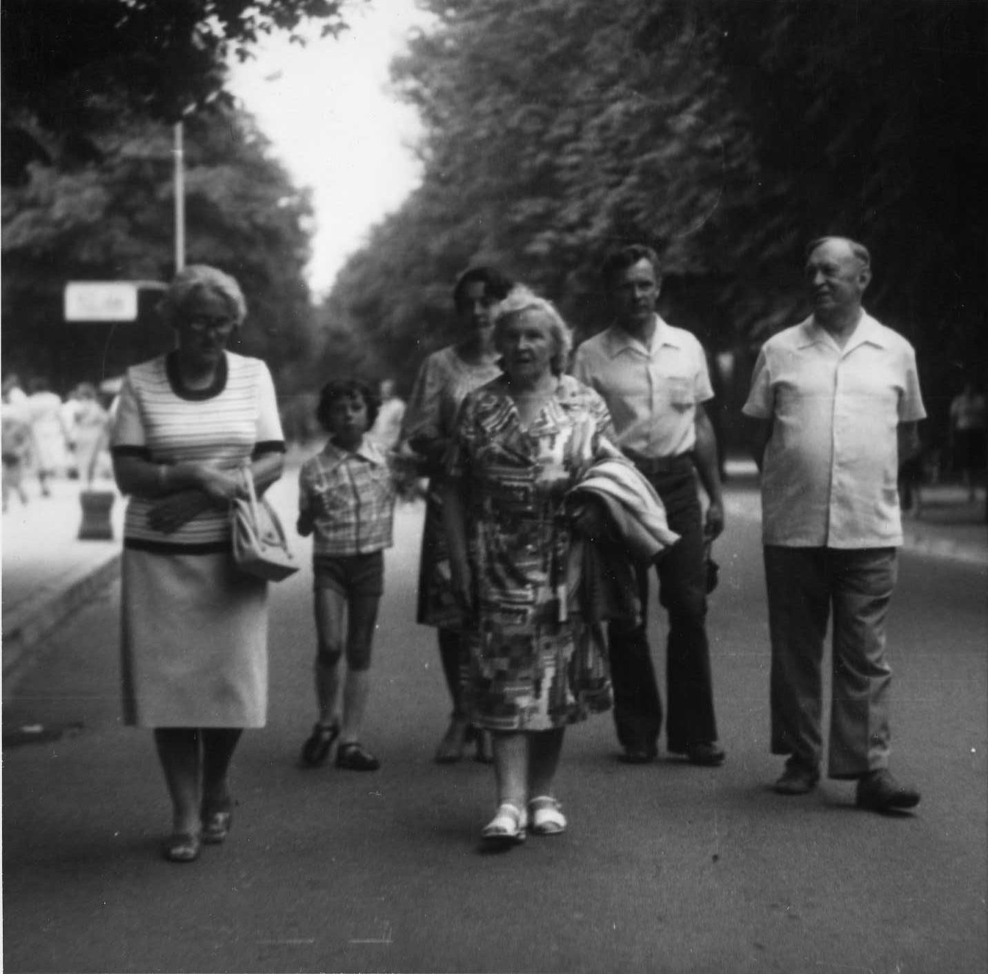 Profesorius, agronomas Petras Vasinauskas su žmona Ona Vasinauskiene (Malakauskaite) ir sūnumi Algiu, ir jo šeima. Palanga, 1978 m.