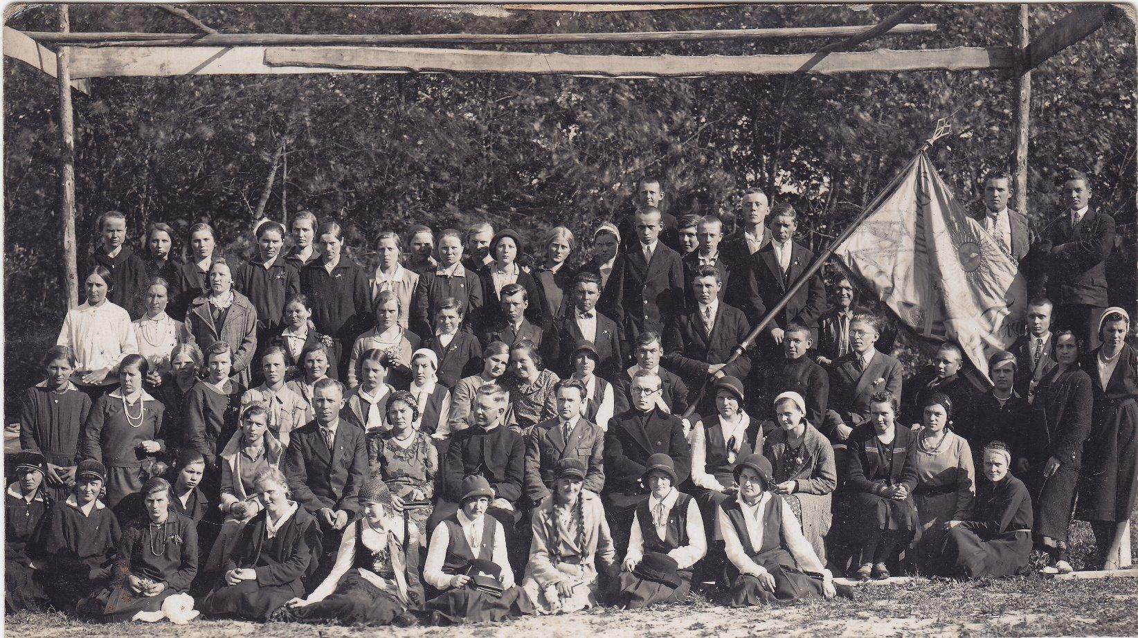 Pavasarininkų draugija ir choristai. Apie 1933 m.