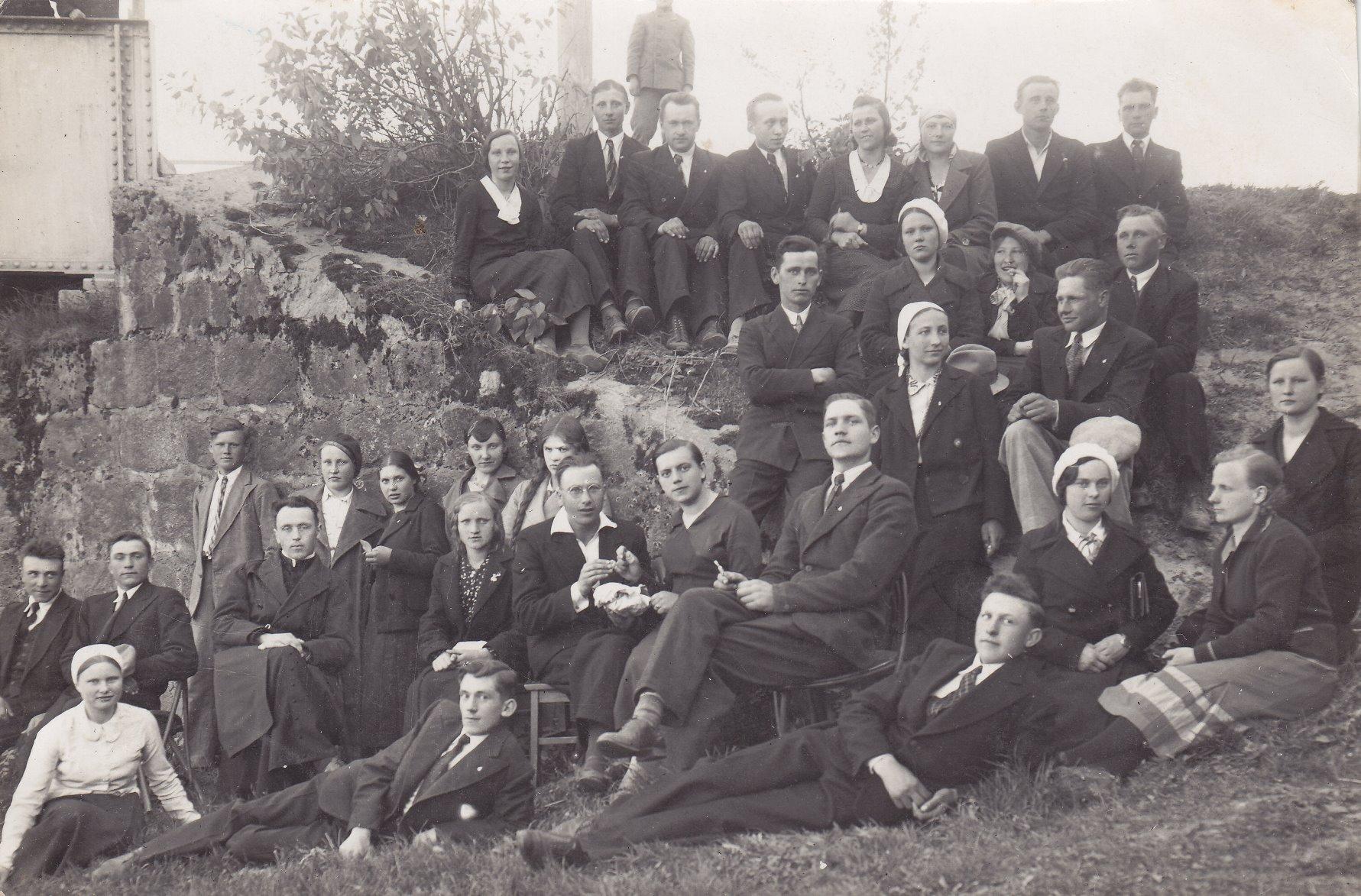 Pavasarininkų susitikimas. Profesoriaus, agronomo Petro Vasinausko sesuo Anelė Sargevičienė (Vasinauskaitė) (trečioje eilėje antra iš kairės).  Apie 1934 m.