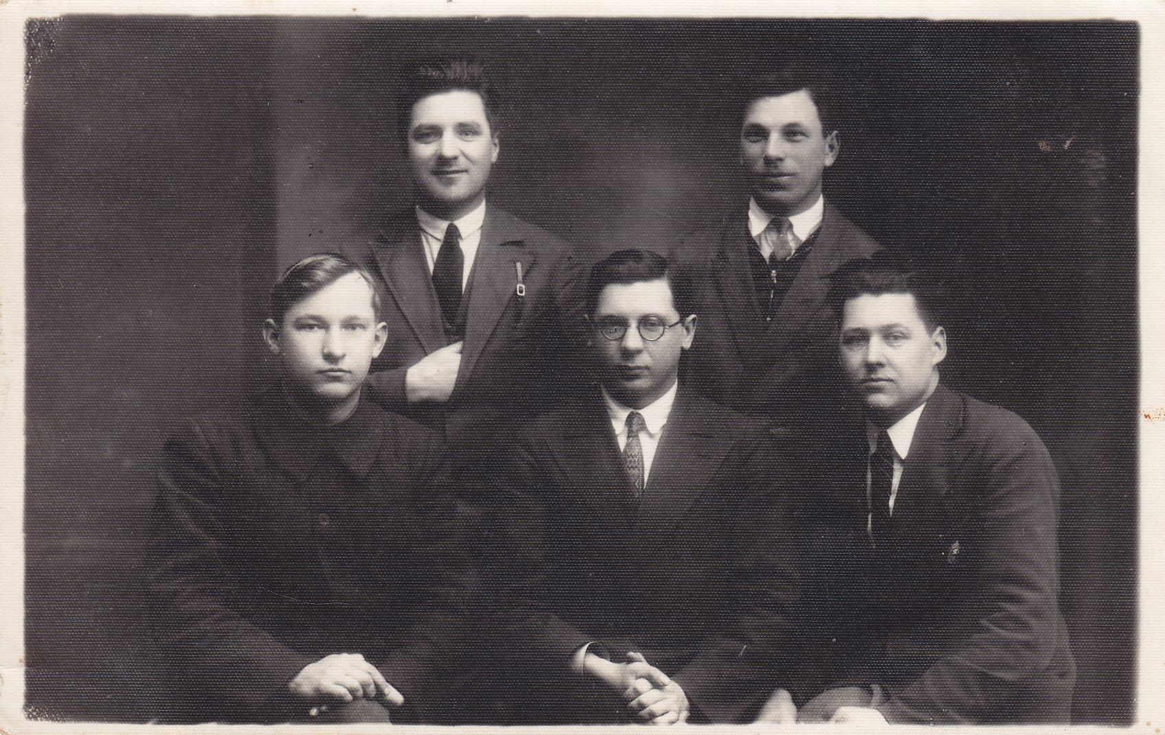 Agronomijos studijų draugai. Būsimasis profesorius, agronomas Petras Vasinauskas (sėdi pirmas iš kairės). 1925 m.