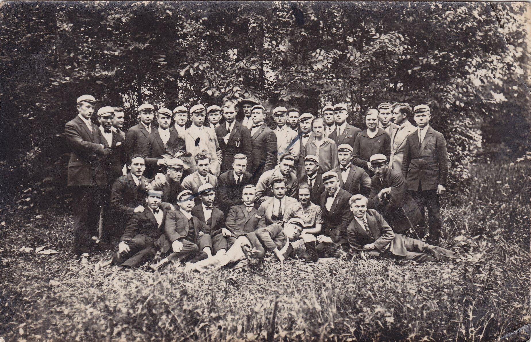 Žemės ūkio akademijos studentai. Apie 1928 m. Būsimasis profesorius, agronomas Petras Vasinauskas (sėdi antras iš kairės)