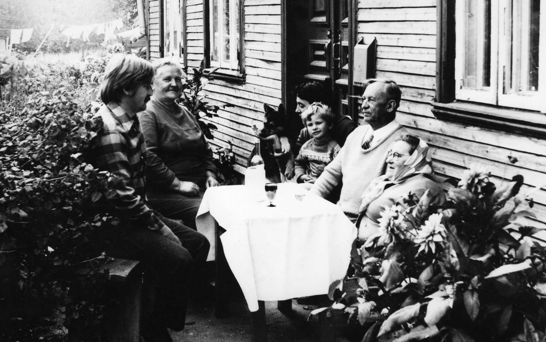 Vasinauskų gimtinėje. Profesorius, agronomas Petras Vasinauskas sėdi antras iš dešinės