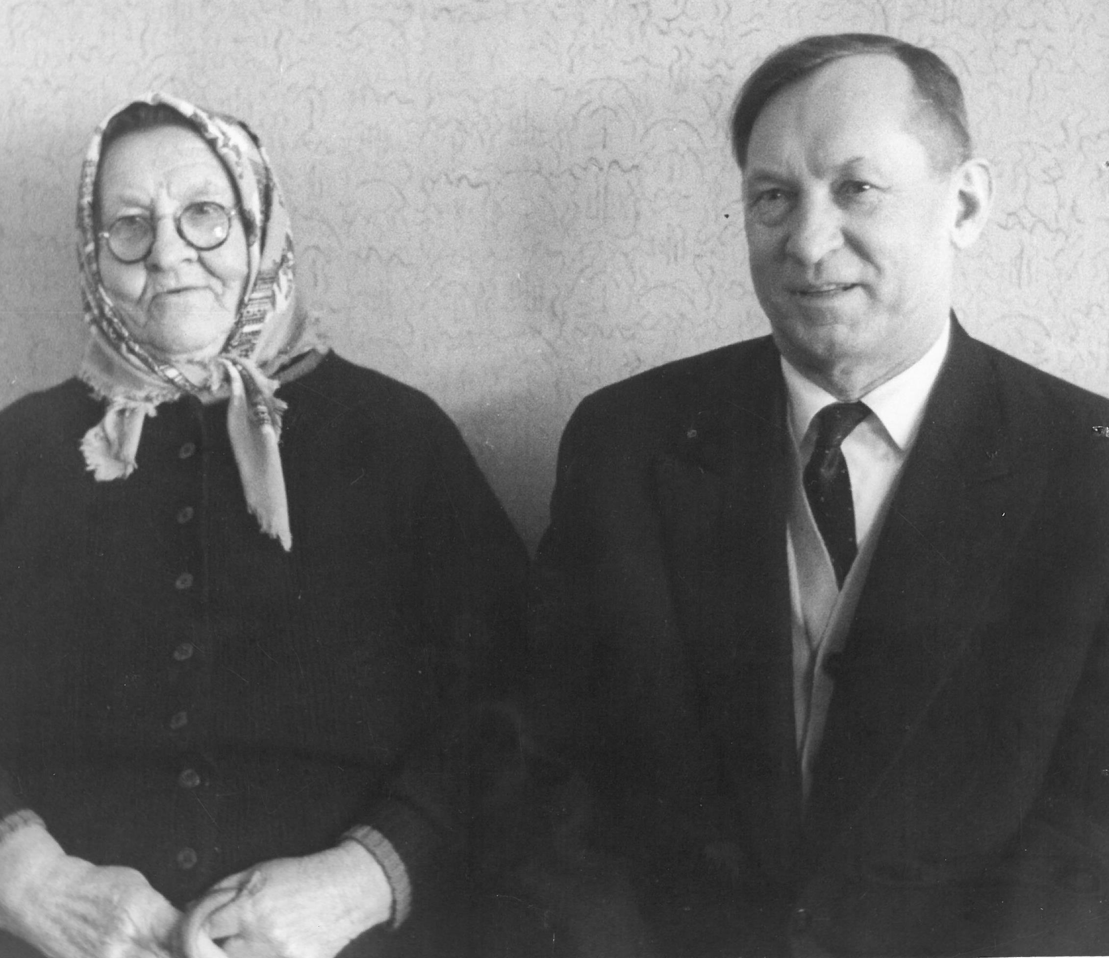Agronomas Petras Vasinauskas su motina Agota Vasinauskiene (Čeponyte). 1966 m.