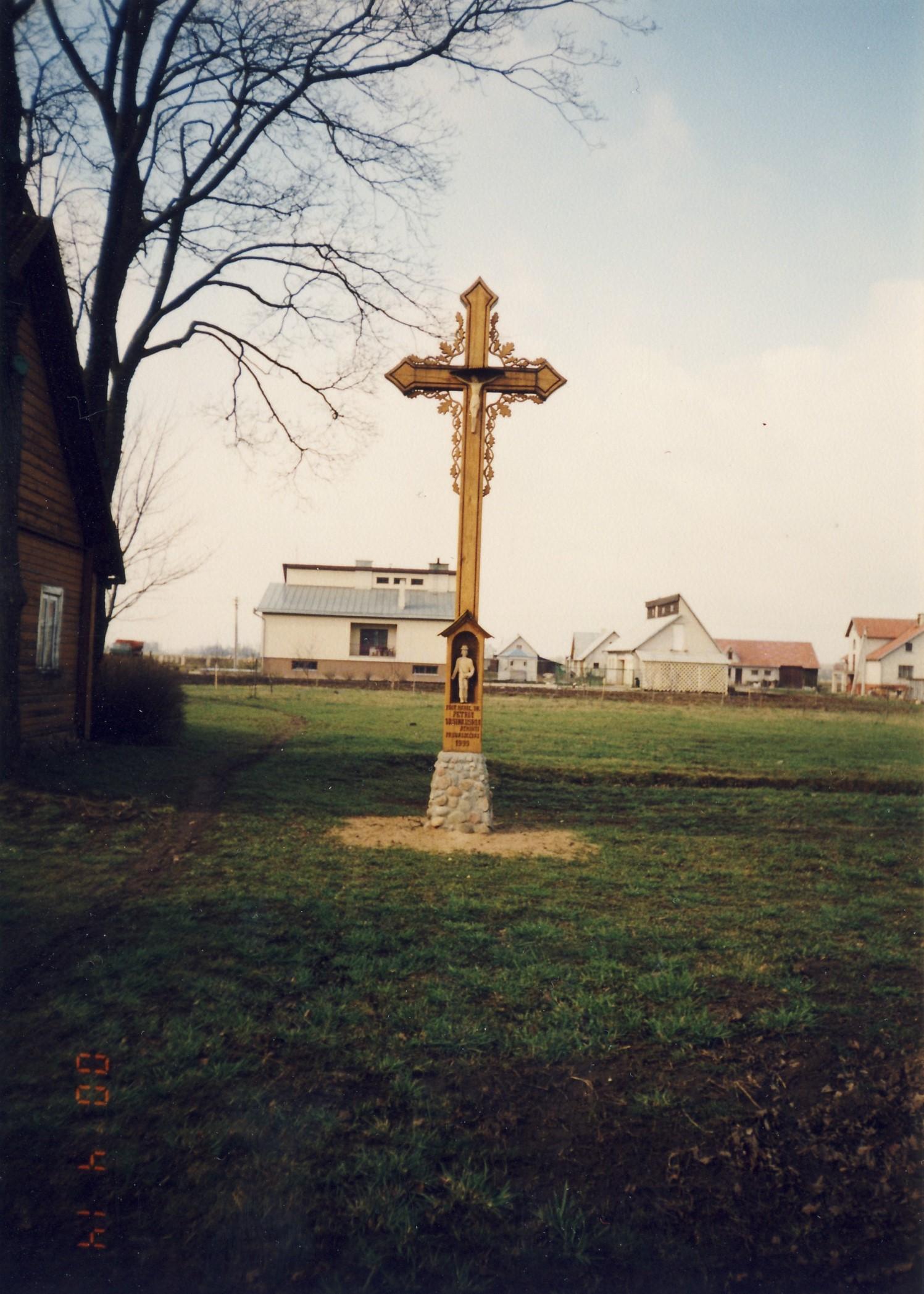 Paminklinis kryžius  Vasinauskų sodyboje, Pasvalio Vienkiemiuose. 2000 m.