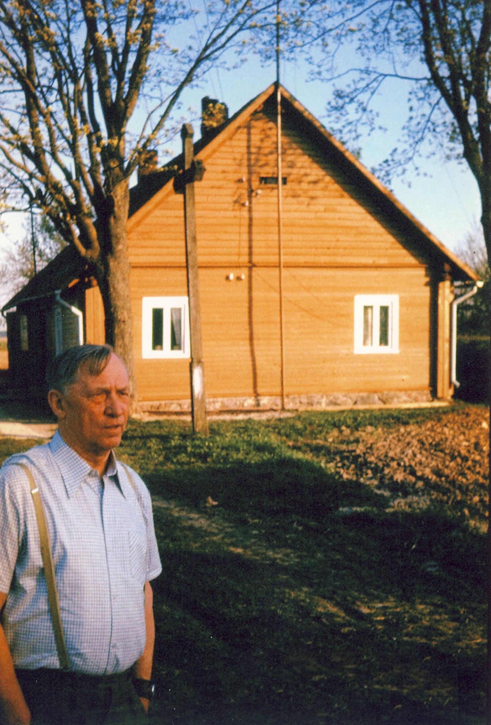 Profesorius, agronomas Petras Vasinauskas lankosi Vasinauskų sodyboje, Pasvalio Vienkiemiuose. Gyvenamasis namas buvo renovuotas 1983 m.