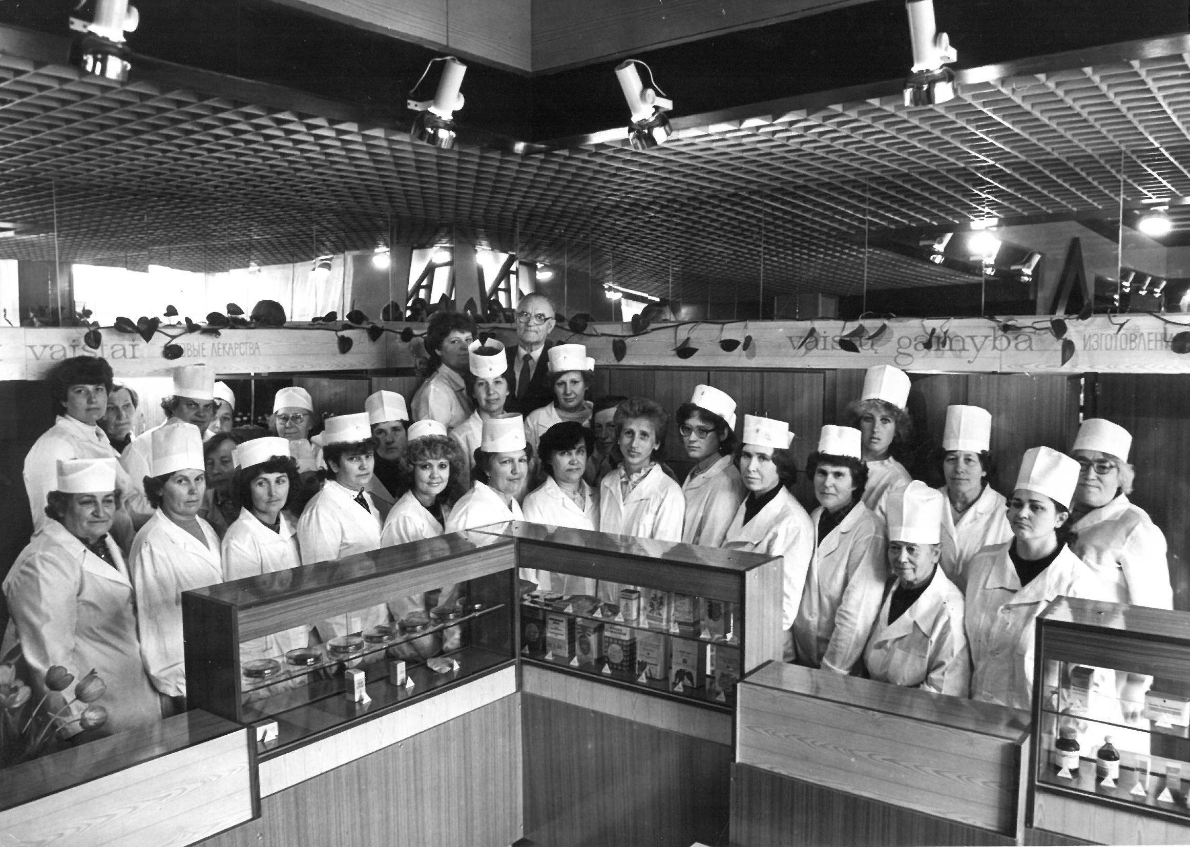 Didžiosios Pasvalio vaistinės kolektyvas. 1969 m. Profesoriaus, agronomo Petro Vasinausko dukterėčia Zita Sargevičiūtė dirbo šioje vaistinėje