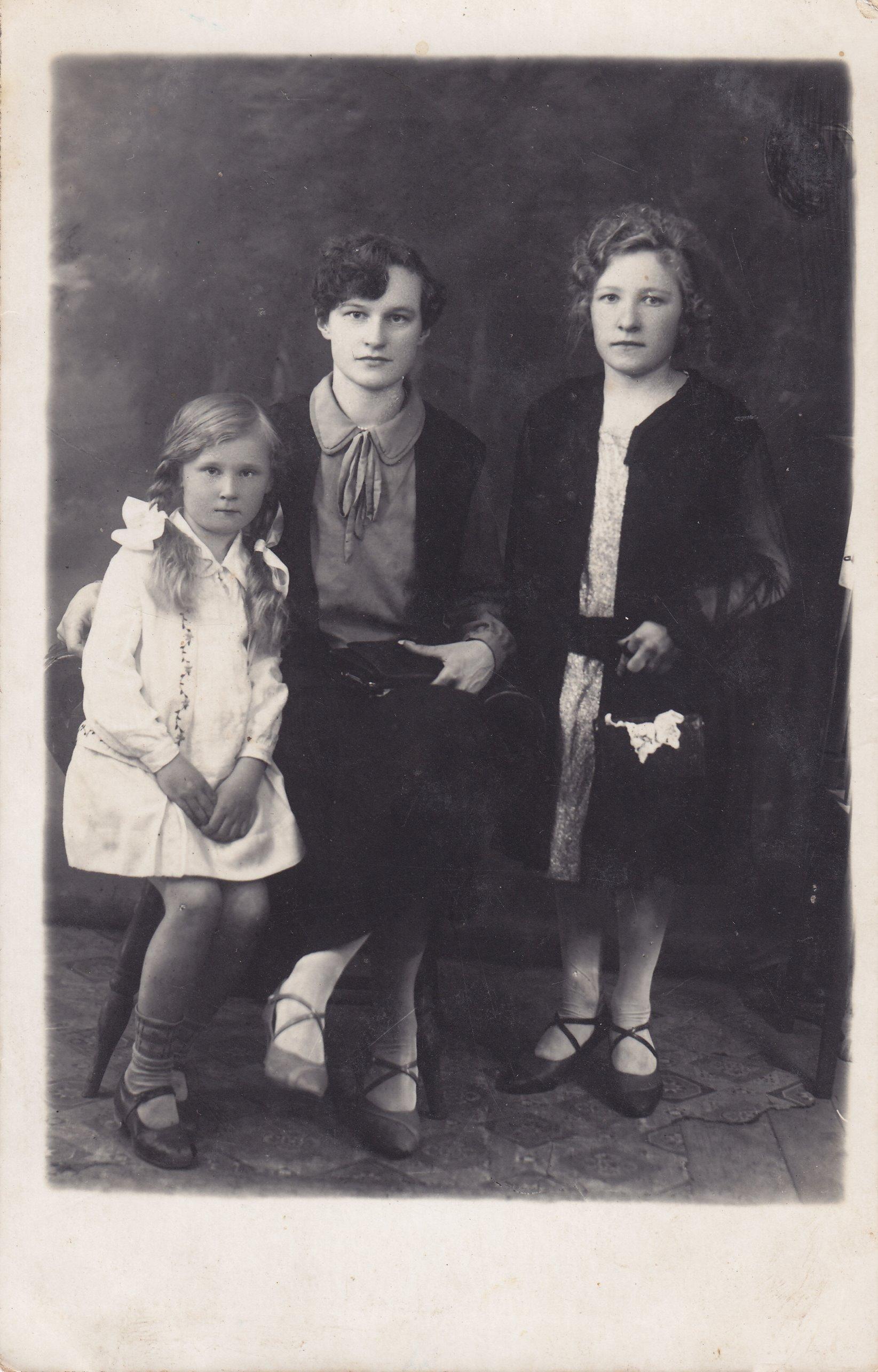 Profesoriaus, agronomo Petro Vasinausko sesuo Apolonija Vasinauskaitė (trečia iš kairės) su giminaitėmis