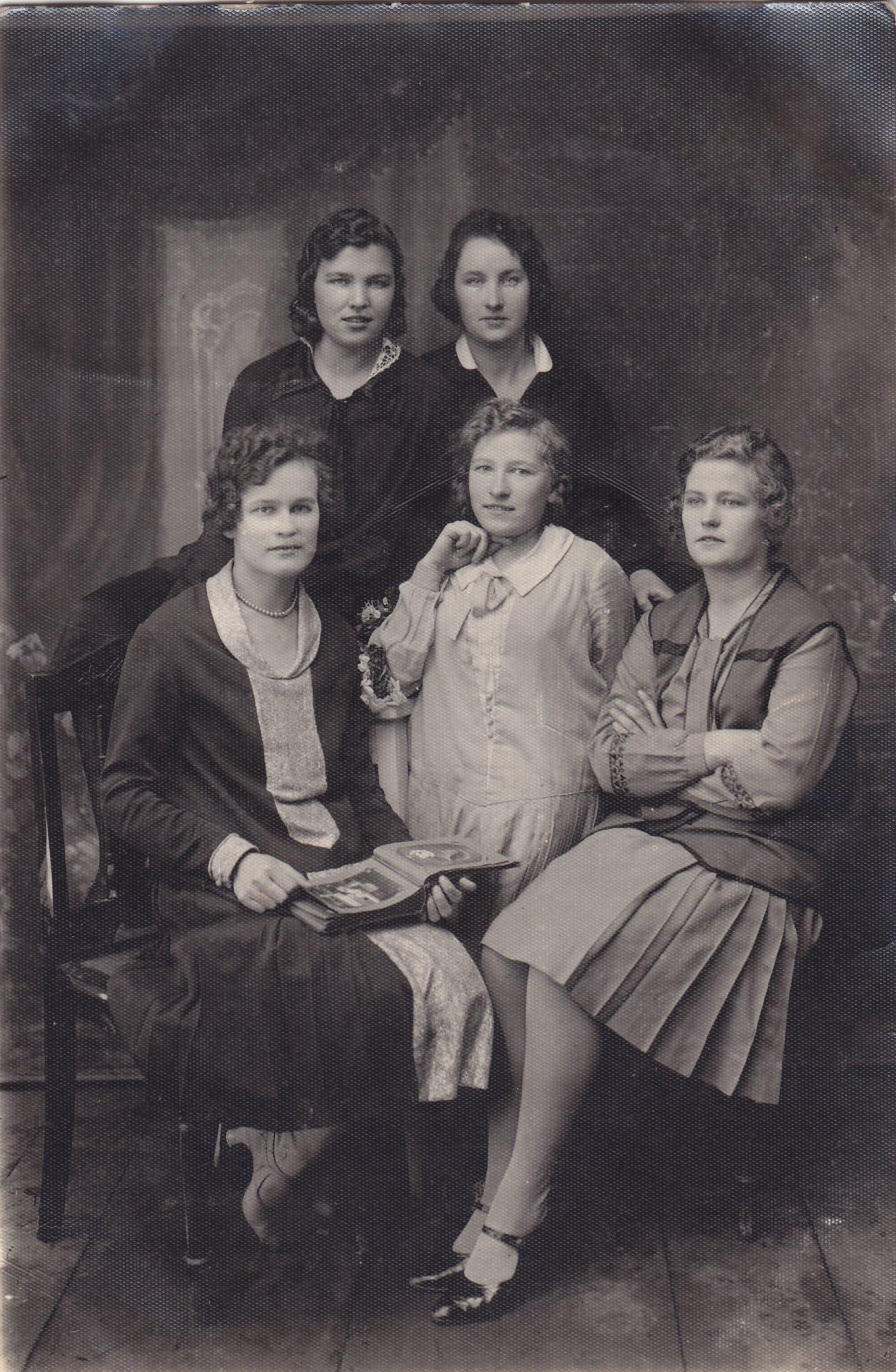Profesoriaus, agronomo Petro Vasinausko sesuo Apolonija Vasinauskaitė (stovi viduryje) su draugėmis. 1930 m.