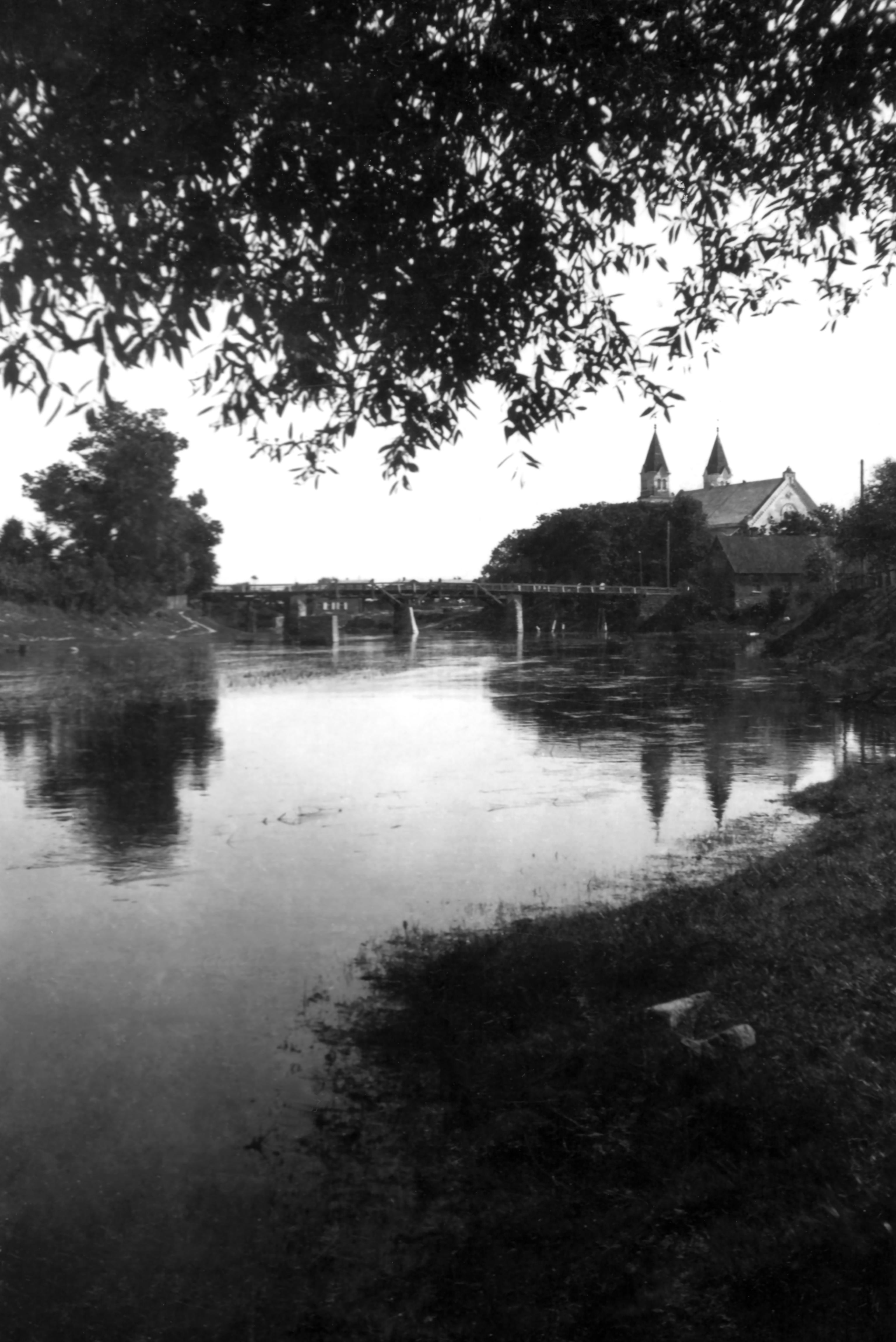 Pasvalys. Medinis tiltas per Lėvens upę