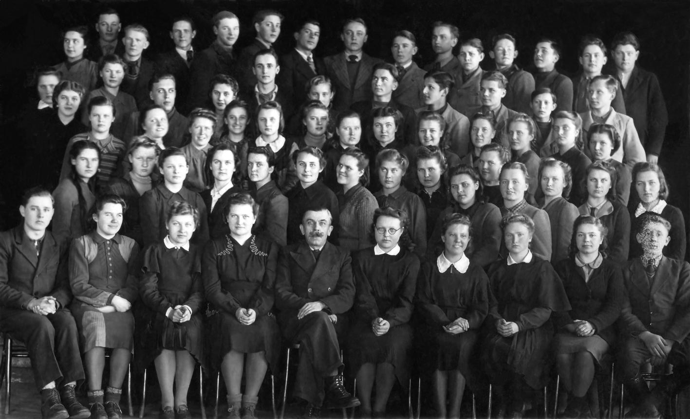 Gimnazijos choristai prieš išvykstant į Respublikinę dainų šventę