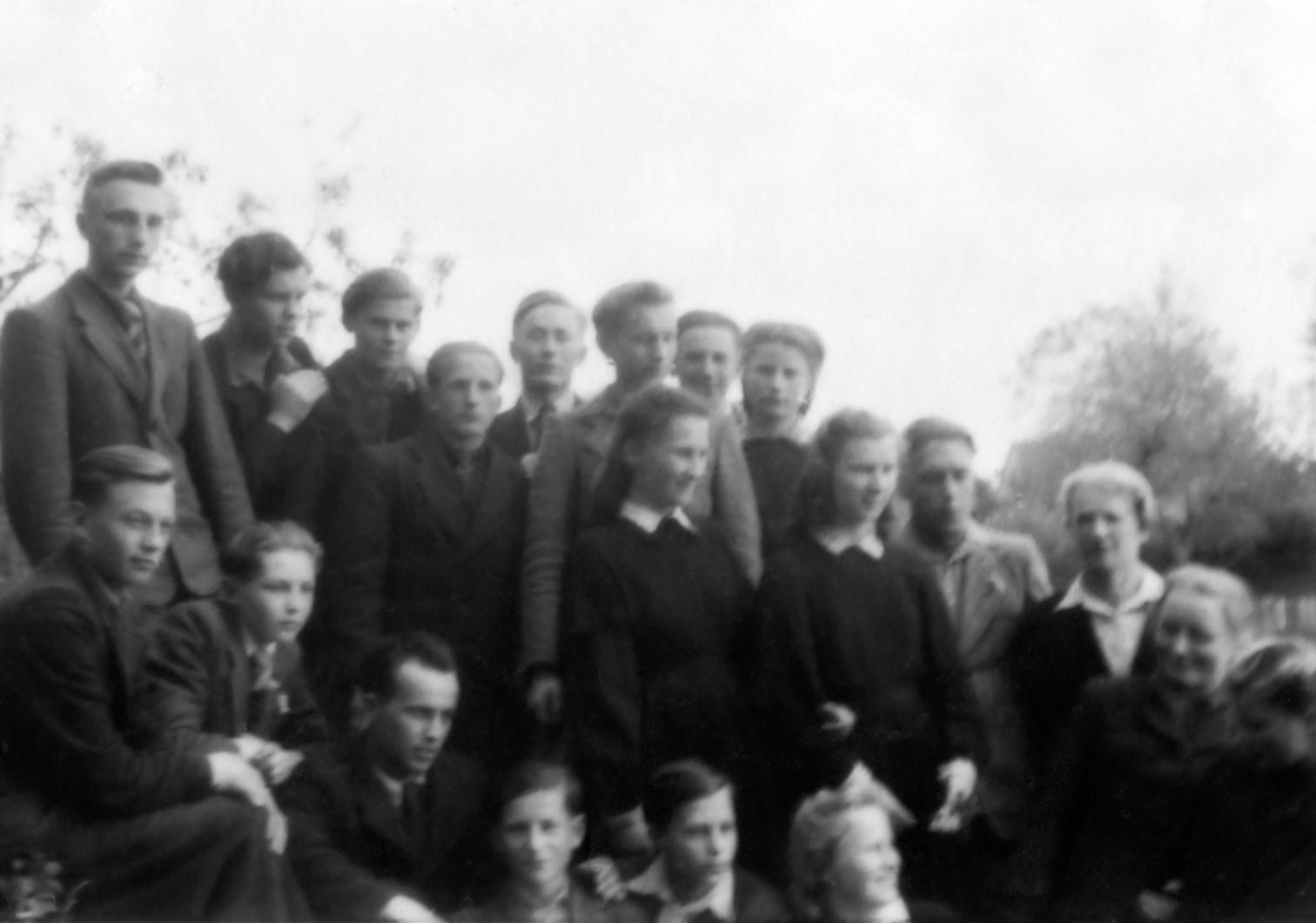 Pasvalio gimnazistai. Pirmoje eilėje penktas iš kairės Algimanto Benediktavičiaus brolis Vytautas Benediktavičius