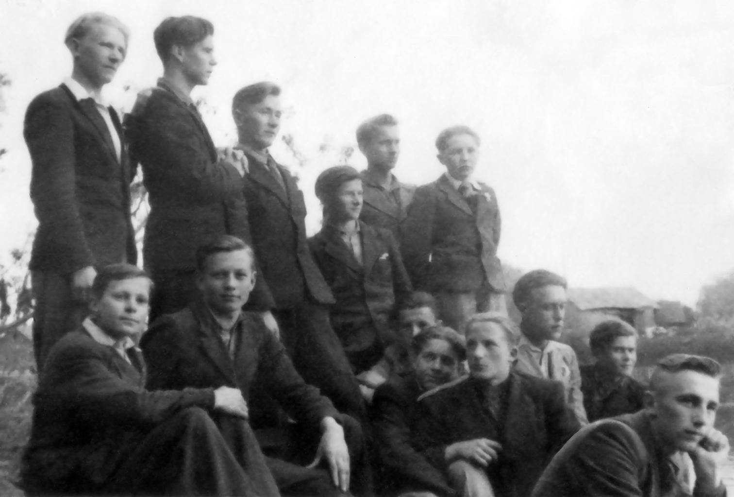 Pasvalio gimnazistai. Pirmoje eilėje pirmas iš kairės sėdi Algimanto Benediktavičiaus   brolis Vytautas Benediktavičius