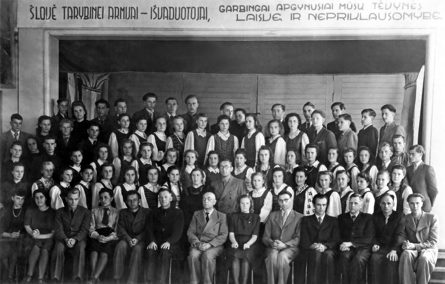 Pasvalio gimnazijos mokytojai ir gimnazistai po brandos atestatų įteikimo
