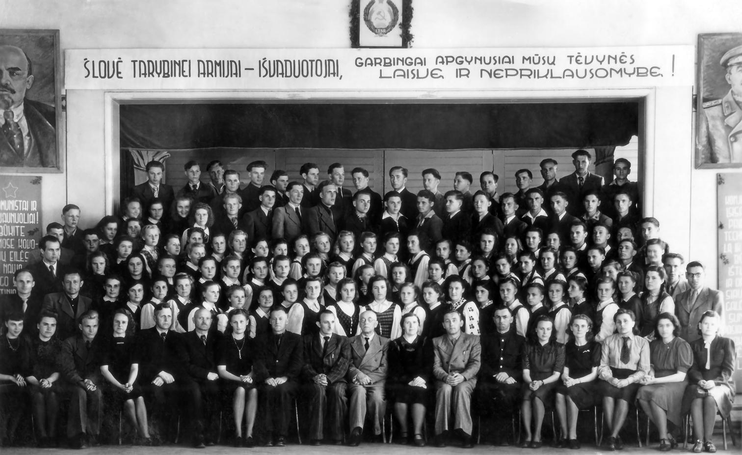 Pasvalio gimnazijos mokiniai ir mokytojai
