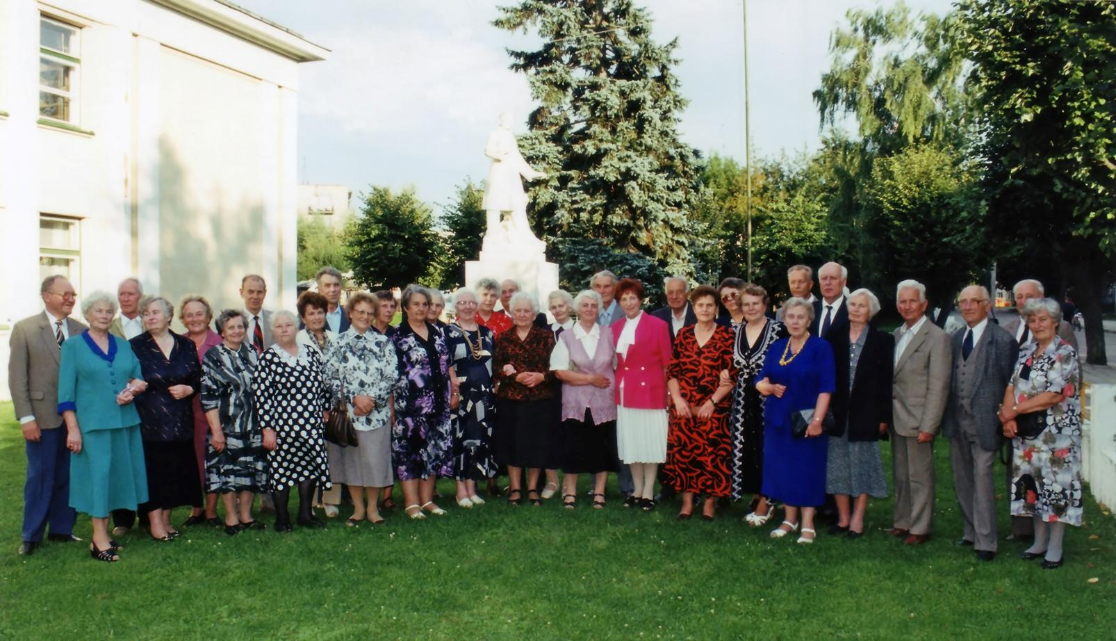 Pasvalio gimnazijos XVI-osios laidos abiturientai po 50-ies metų