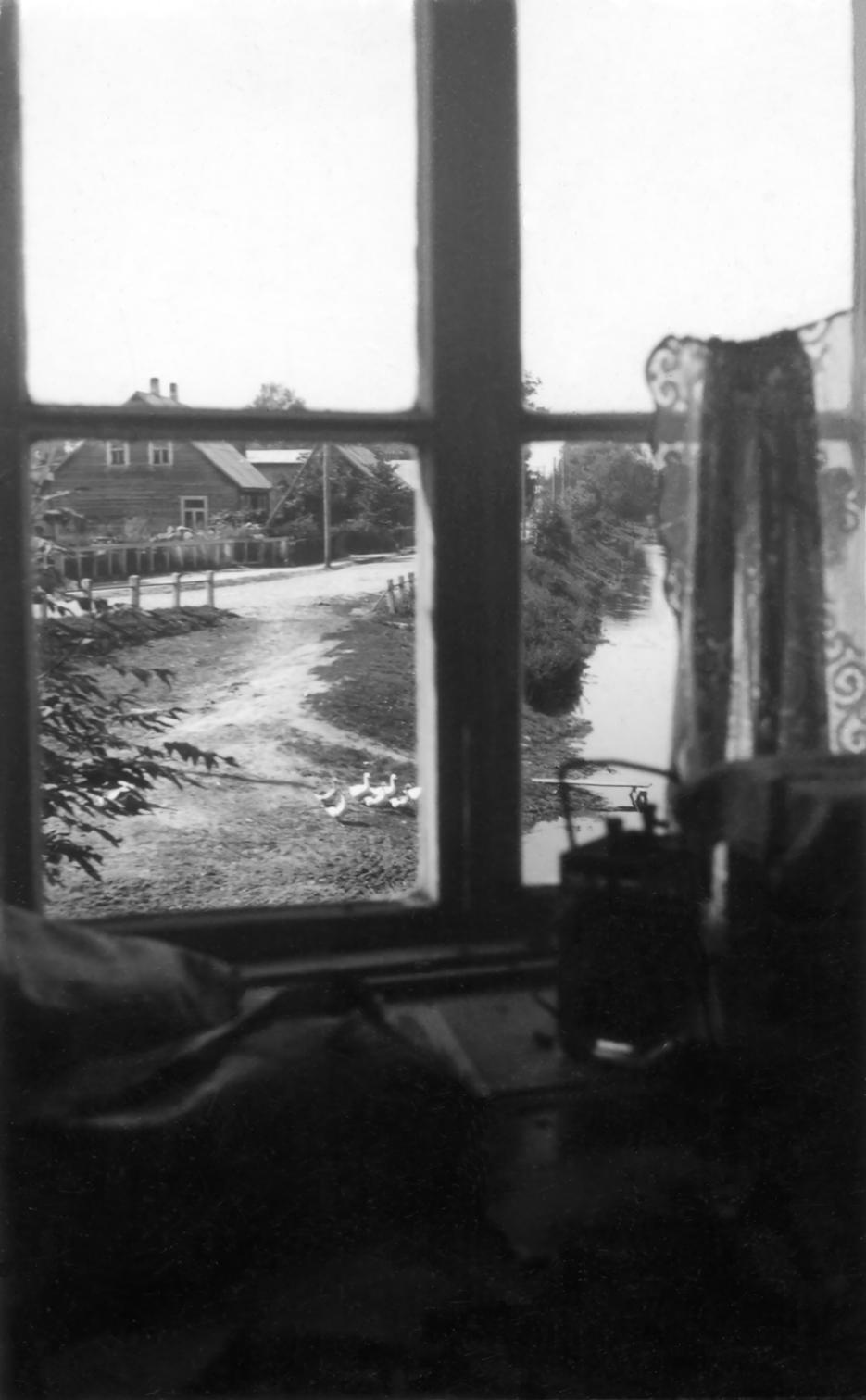 Vaizdas į Lėvens upę pro klebonijos langą