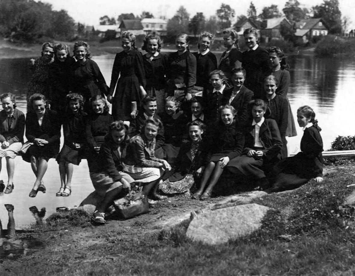 Pasvalio gimnazistės prie Lėvens upės