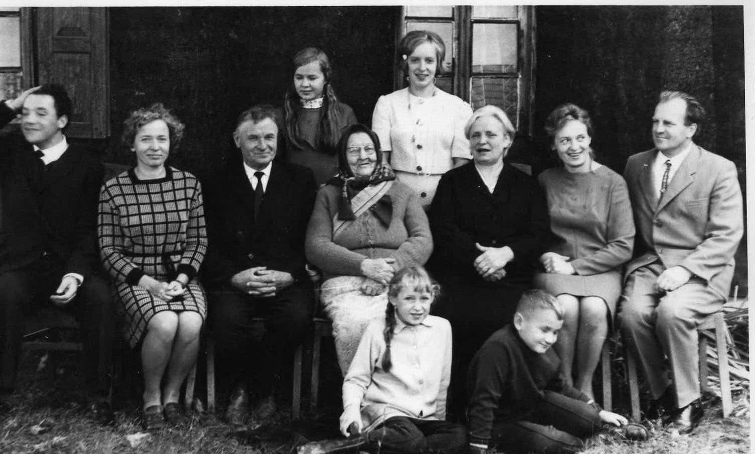 Profesoriaus, agronomo Petro Vasinausko motinos Agotos Vasinauskienės (Čeponytės) 90-mečio jubiliejus. Nuotraukoje sukaktuvininkė su sūnaus Jono Vasinausko šeima. 1972 m.
