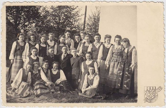 Algirdo Šukio draugai gimnazistai, įsiamžinę 1946 metų gegužės 18 dieną
