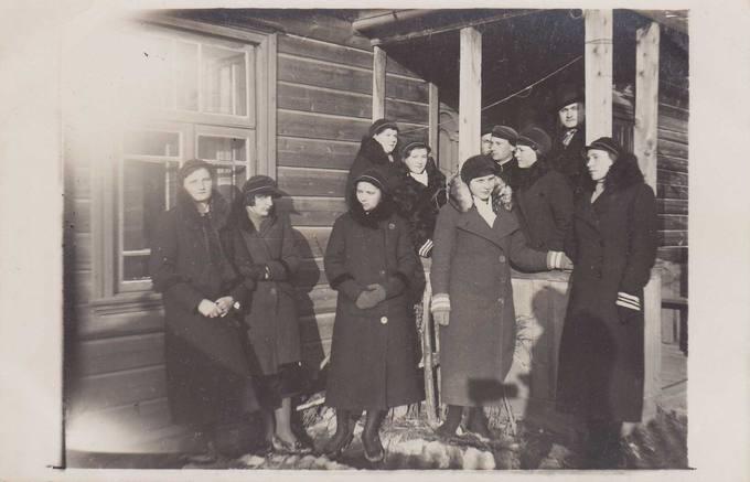 Grupelė Pasvalio aukštesniosios komercijos mokyklos mokinių prie mokytojo Vlado Kulboko namų Pasvalyje 1935-ųjų kovą