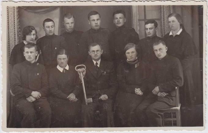 1934–1935 mokslo metų Pasvalio aukštesniosios komercijos mokyklos abiturientai su auklėtoju lituanistu Vladu Kulboku