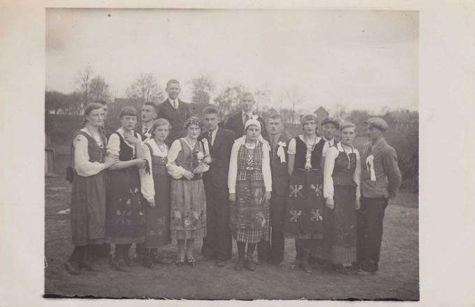 """Pasvalio Petro Vileišio aukštesnioji komercijos mokykla: """"Lietuviškų vestuvių"""" jaunimas 1935-ųjų gegužėj"""