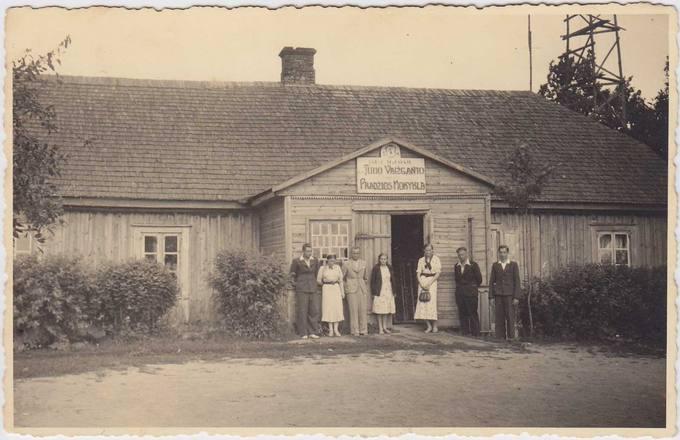 Pasvaliečių mokytojų ir mokinių grupė prie Tumo Vaižganto pradžios mokyklos Kunigiškiuose