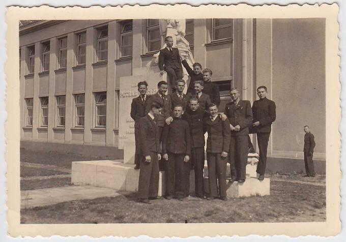Pasvalio gimnazistai pamėgtoje vietoje – prie Petro Vileišio paminklo