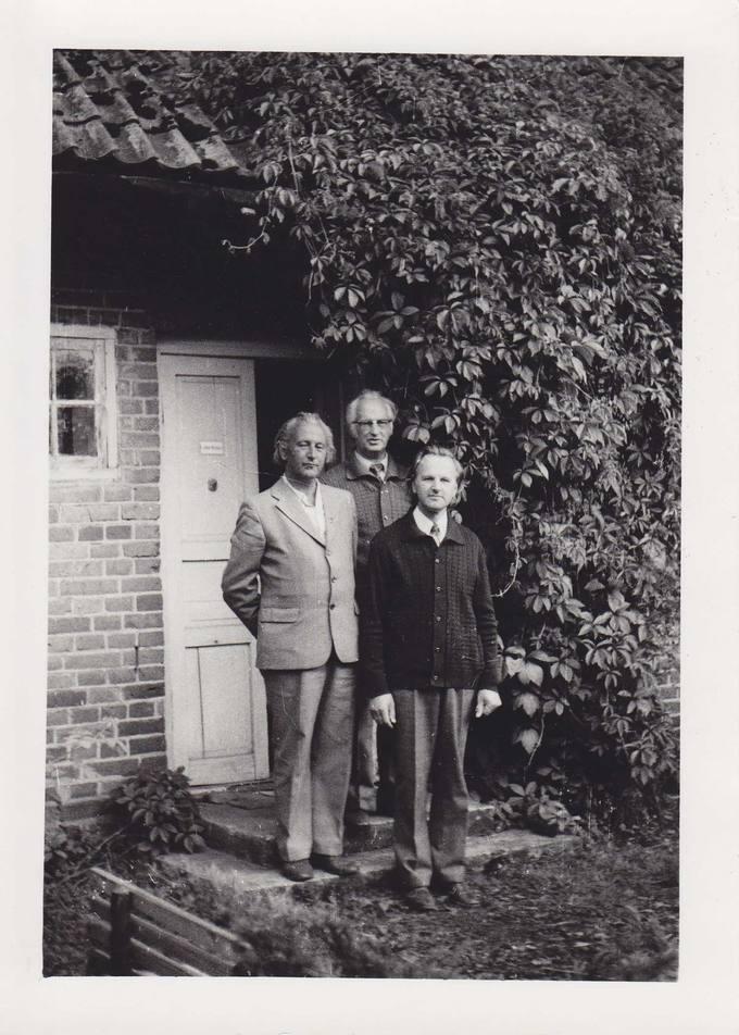 Jonas Vytautas Nistelis su broliais tėvų sodyboje Ąžuolpamūšėje