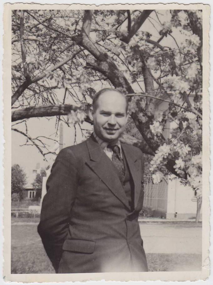 Pasvalio Petro Vileišio gimnazijos direktorius Juozas Povilonis gimnazijos sode