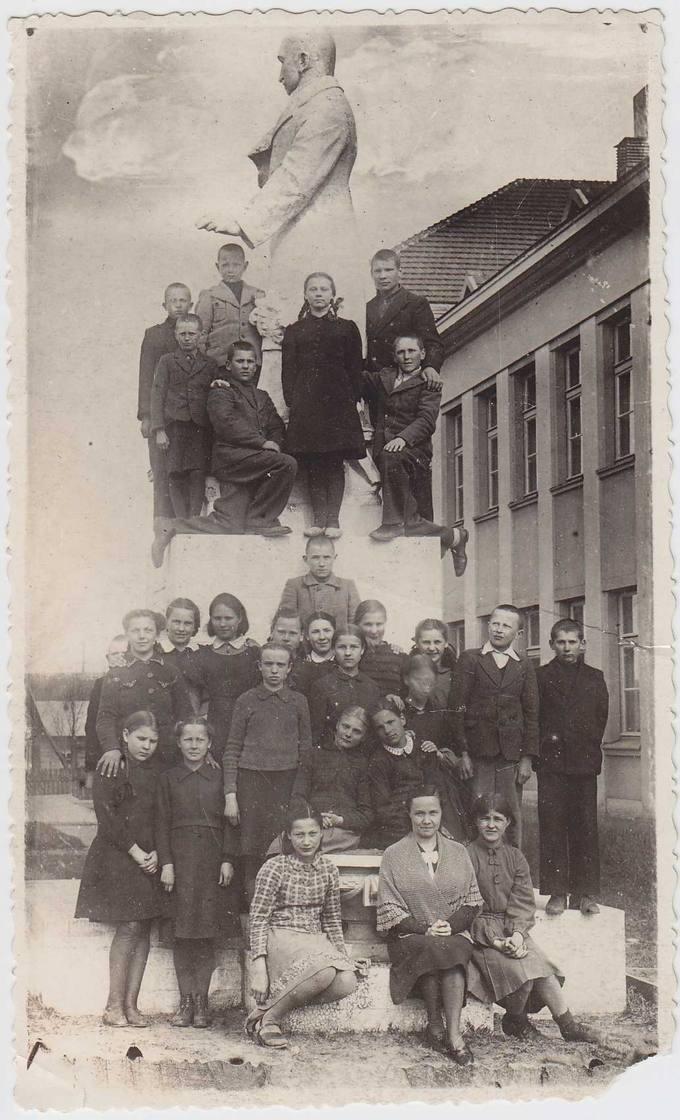 Gimnazistai su auklėtoja Elena Poviloniene prie Petro Vileišio paminklo