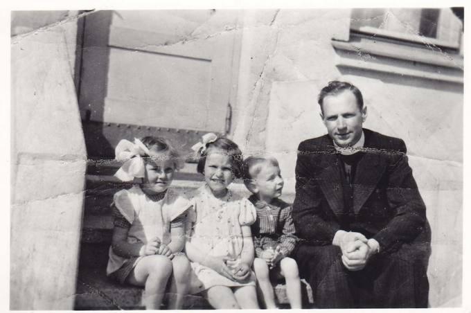 Kunigas Juozas Varnas su vaikais Pasvalyje