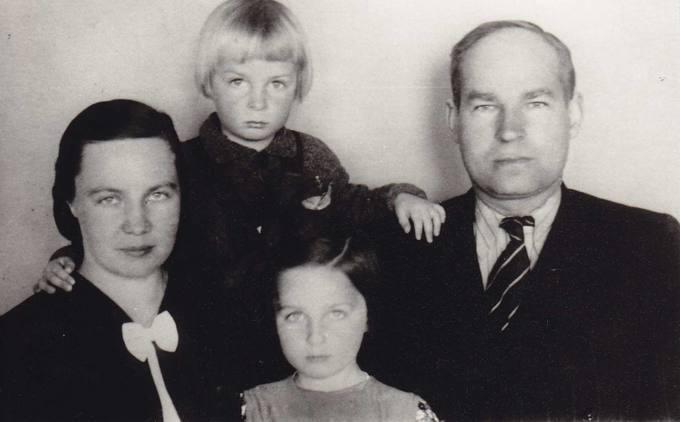 Juozas Povilonis su žmona ir vaikais