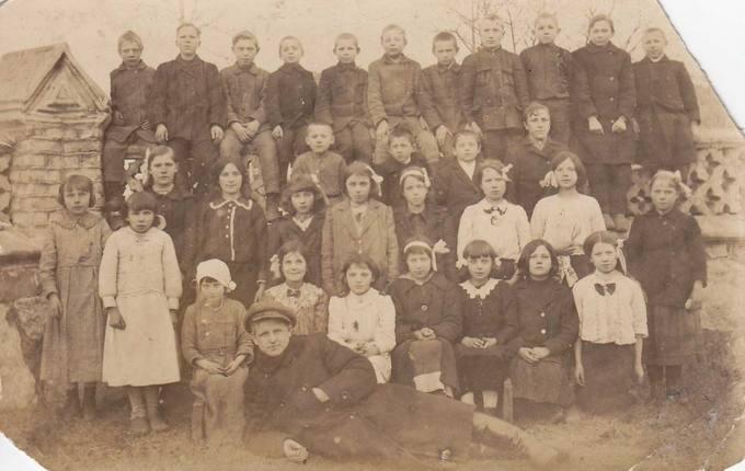 Juozas Povilonis su Žiobiškio pradžios mokyklos mokslo draugais